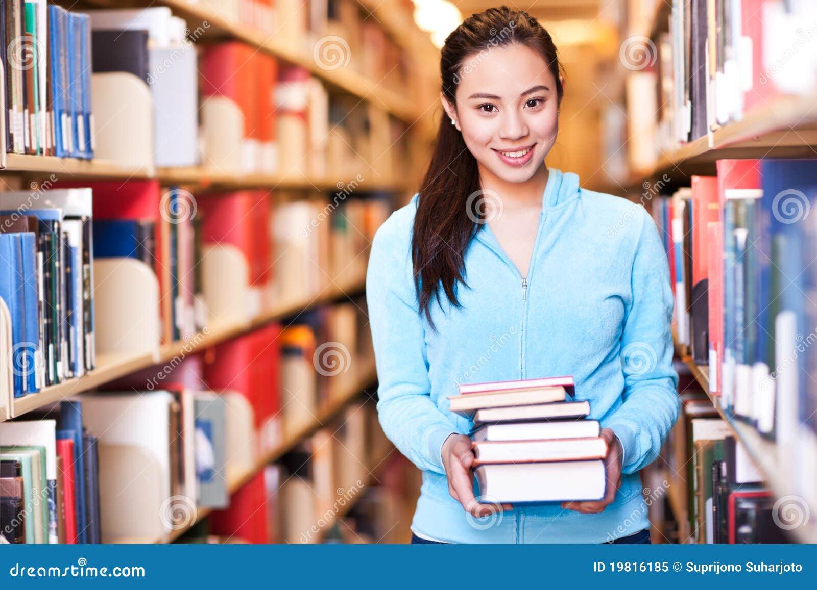 Étudiant universitaire asiatique