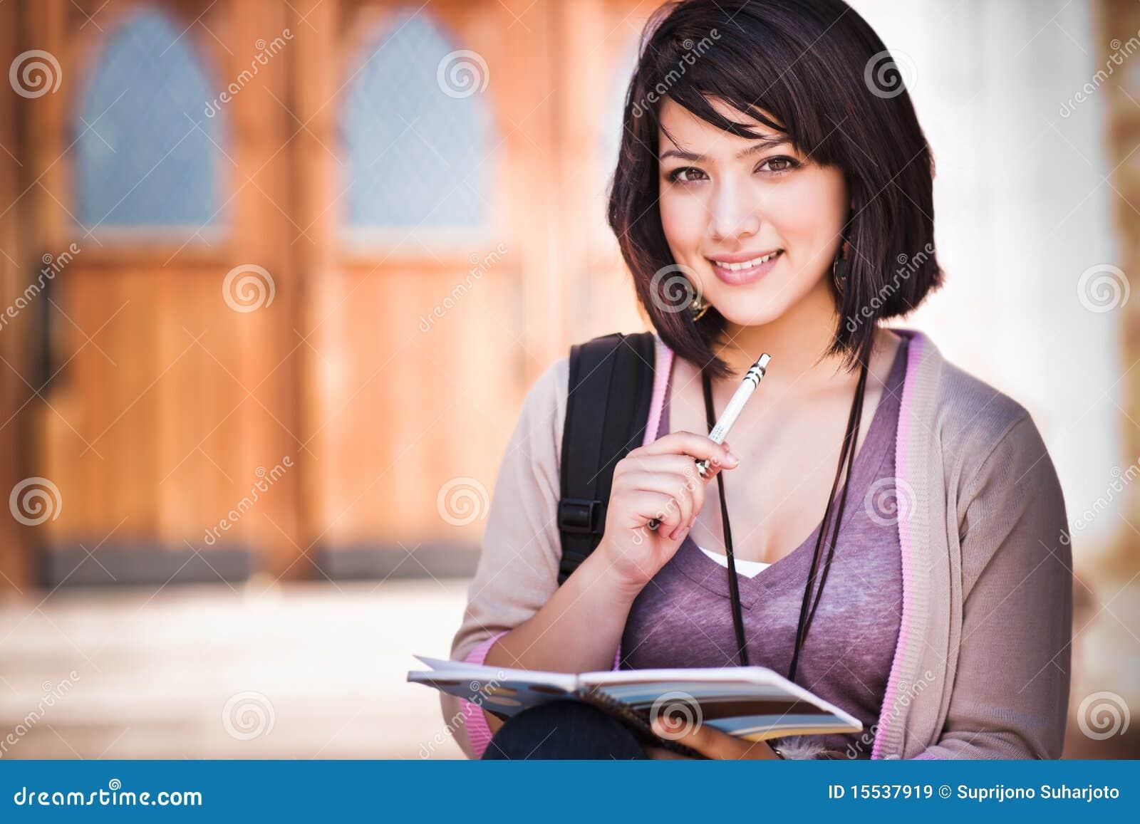 Étudiant universitaire de chemin mélangé