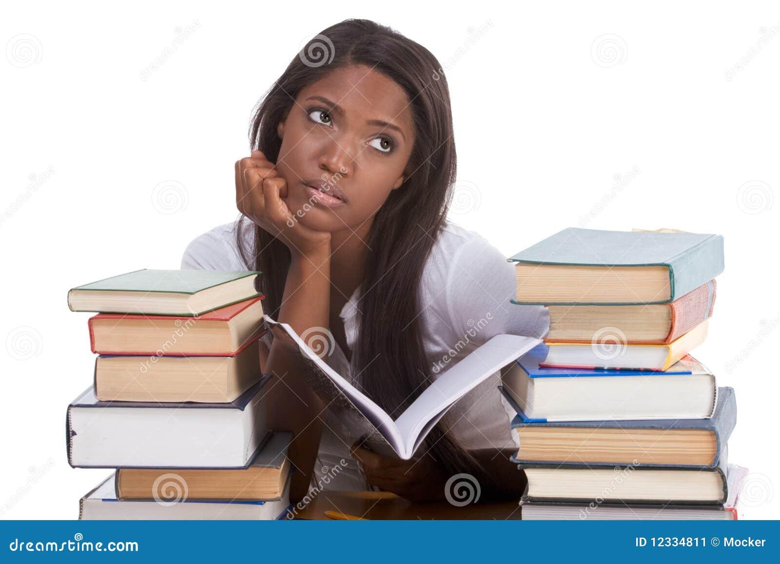Étudiant universitaire féminin noir par la pile de livres