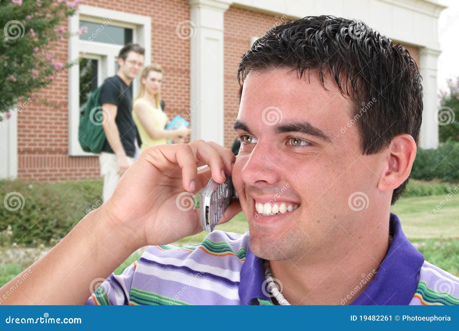 Étudiant universitaire parlant sur le téléphone portable sur l université C
