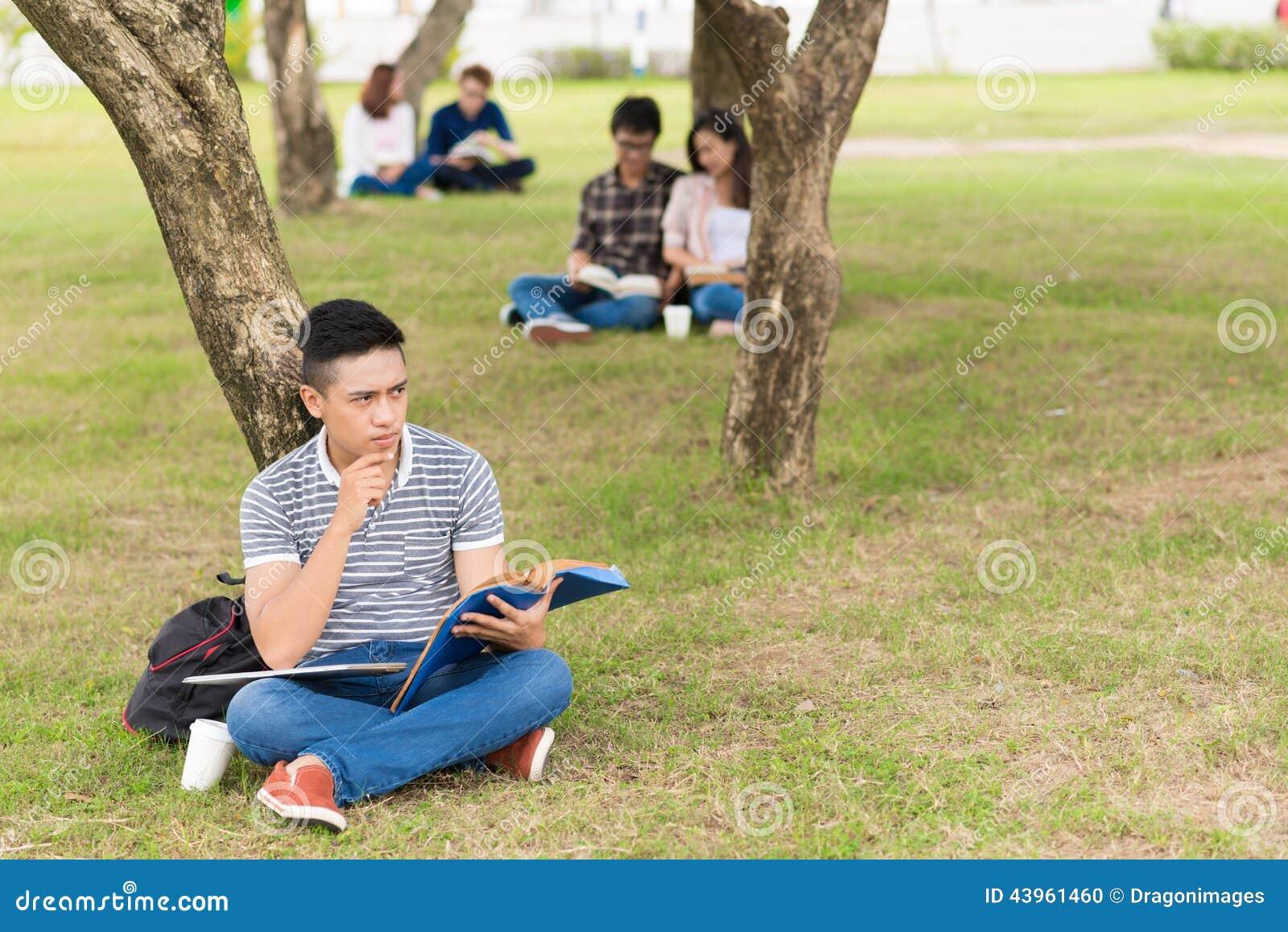 Étudiant universitaire songeur