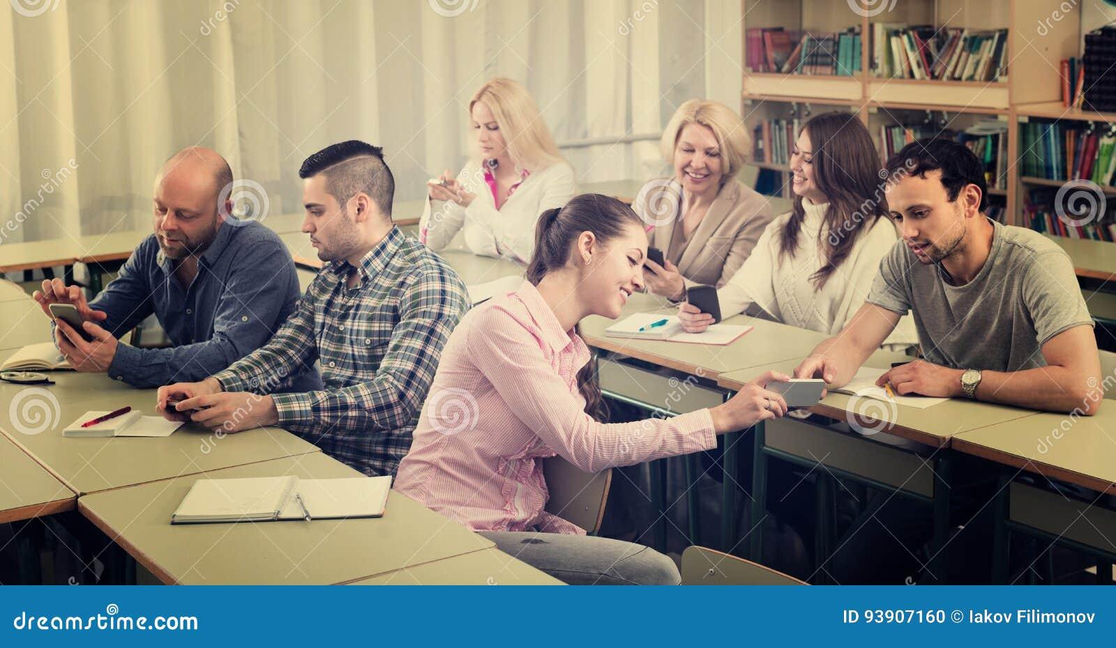 Étudiants adultes dans la salle de classe