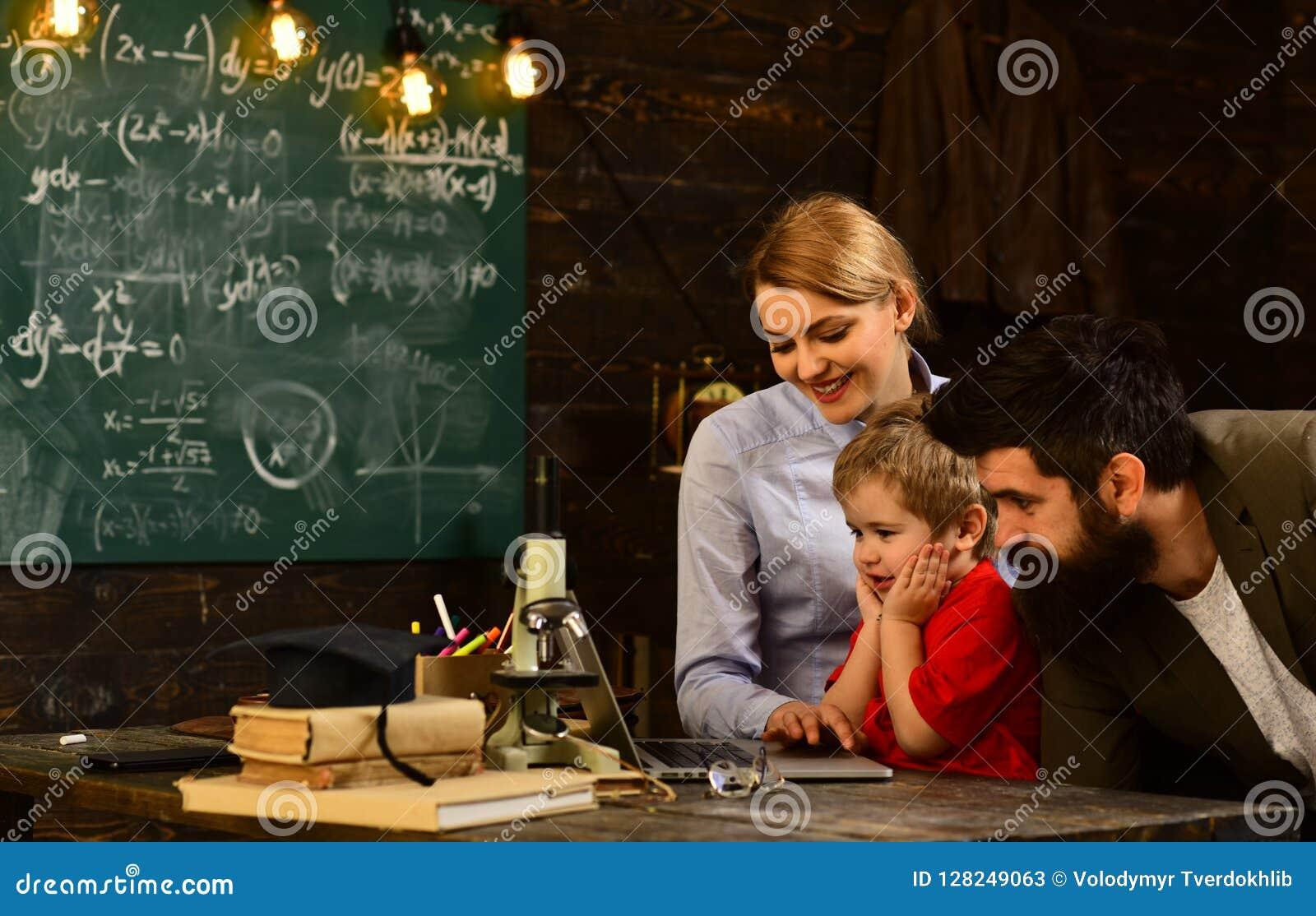 Étudiants adultes de sourire pendant la coupure dans l intérieur de salle de classe, l obtention du diplôme d éducation et le con