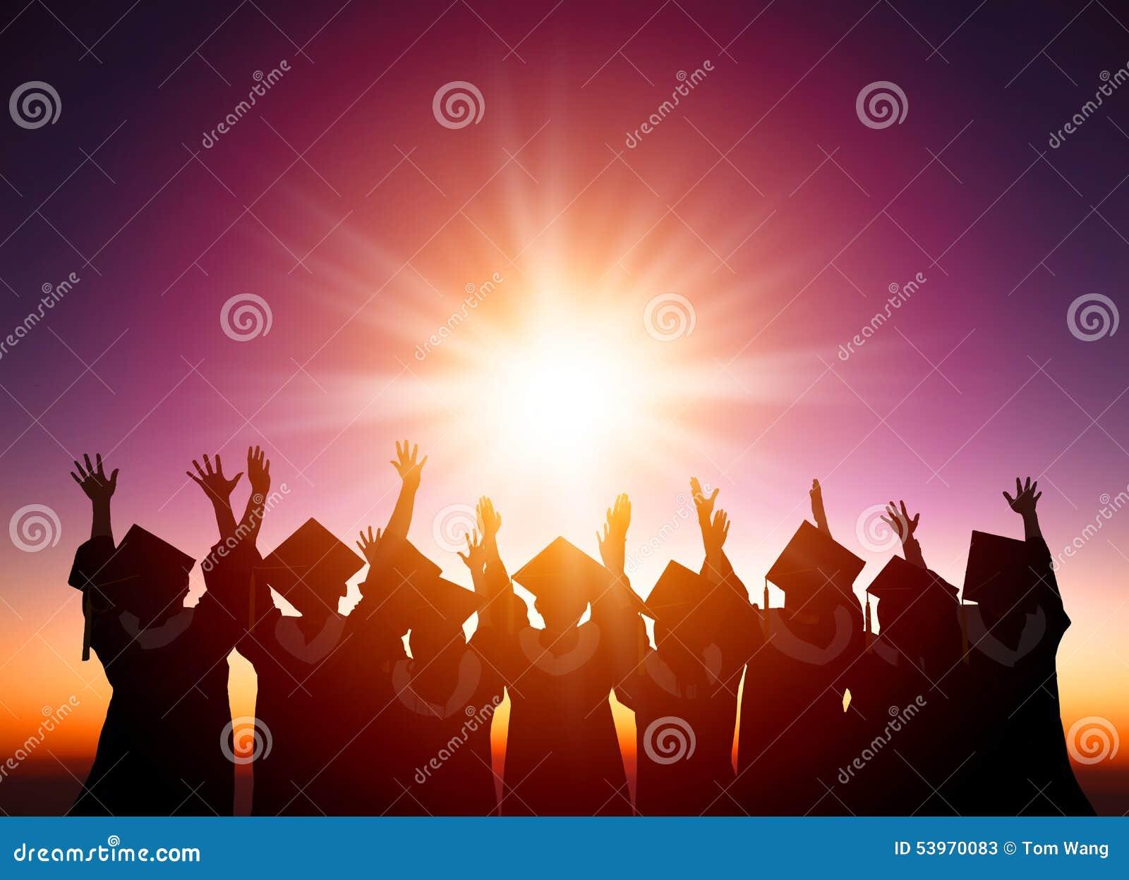 Étudiants célébrant l obtention du diplôme observant le sunli