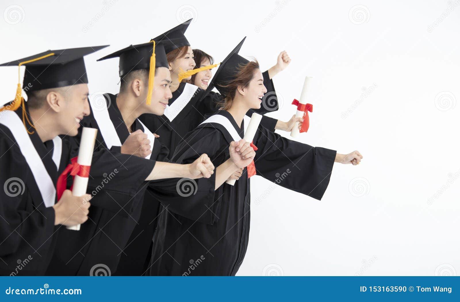 Étudiants courant et célébrant l obtention du diplôme