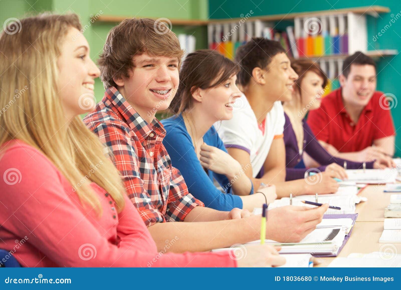 Étudiants d adolescent étudiant dans la salle de classe