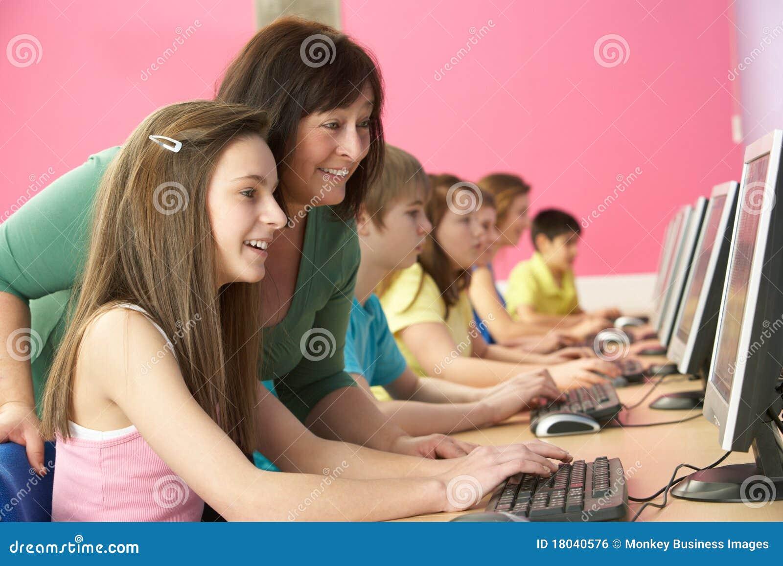 Étudiants d adolescent dans LUI classe utilisant des ordinateurs