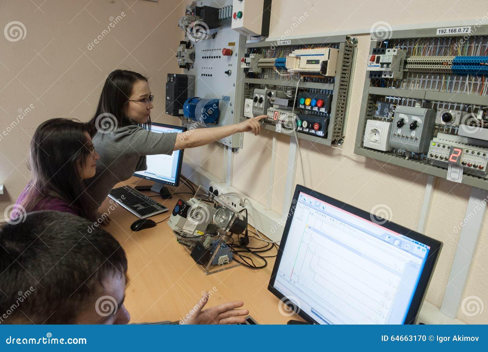 Tudiants dans la classe du mat riel lectrique schneider electric image ditorial image 64663170 - Materiel electrique schneider ...