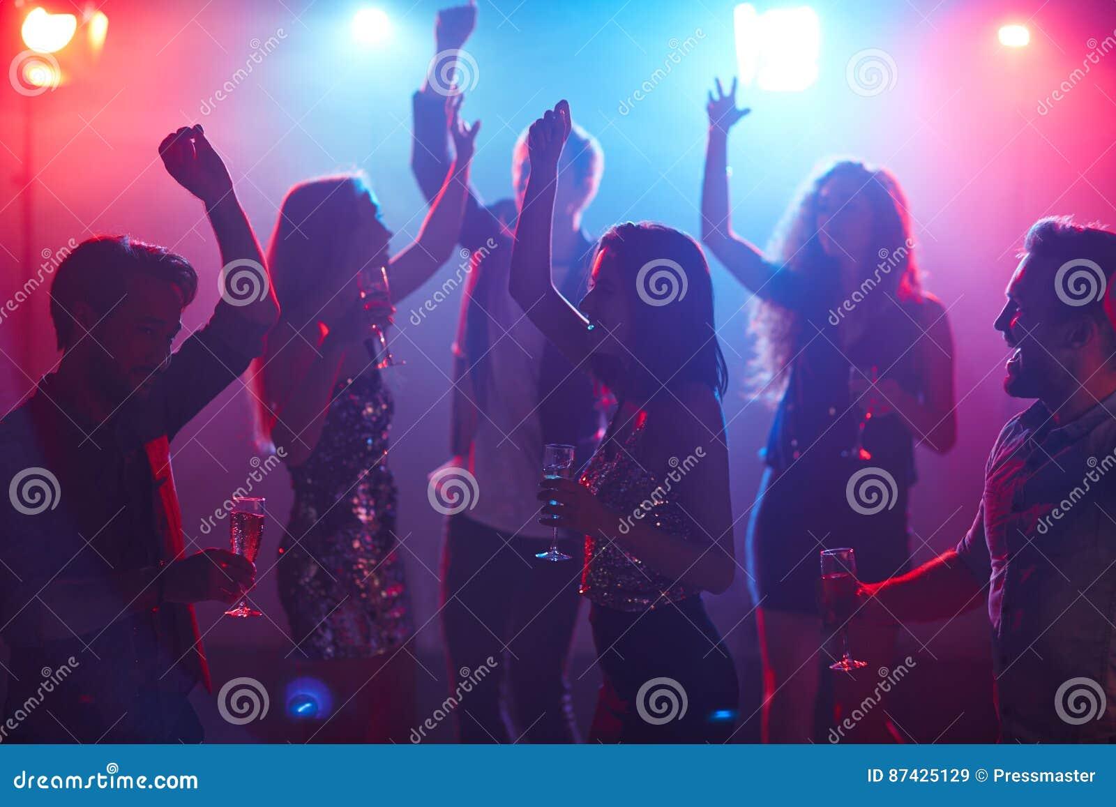 Étudiants dansant dans le club