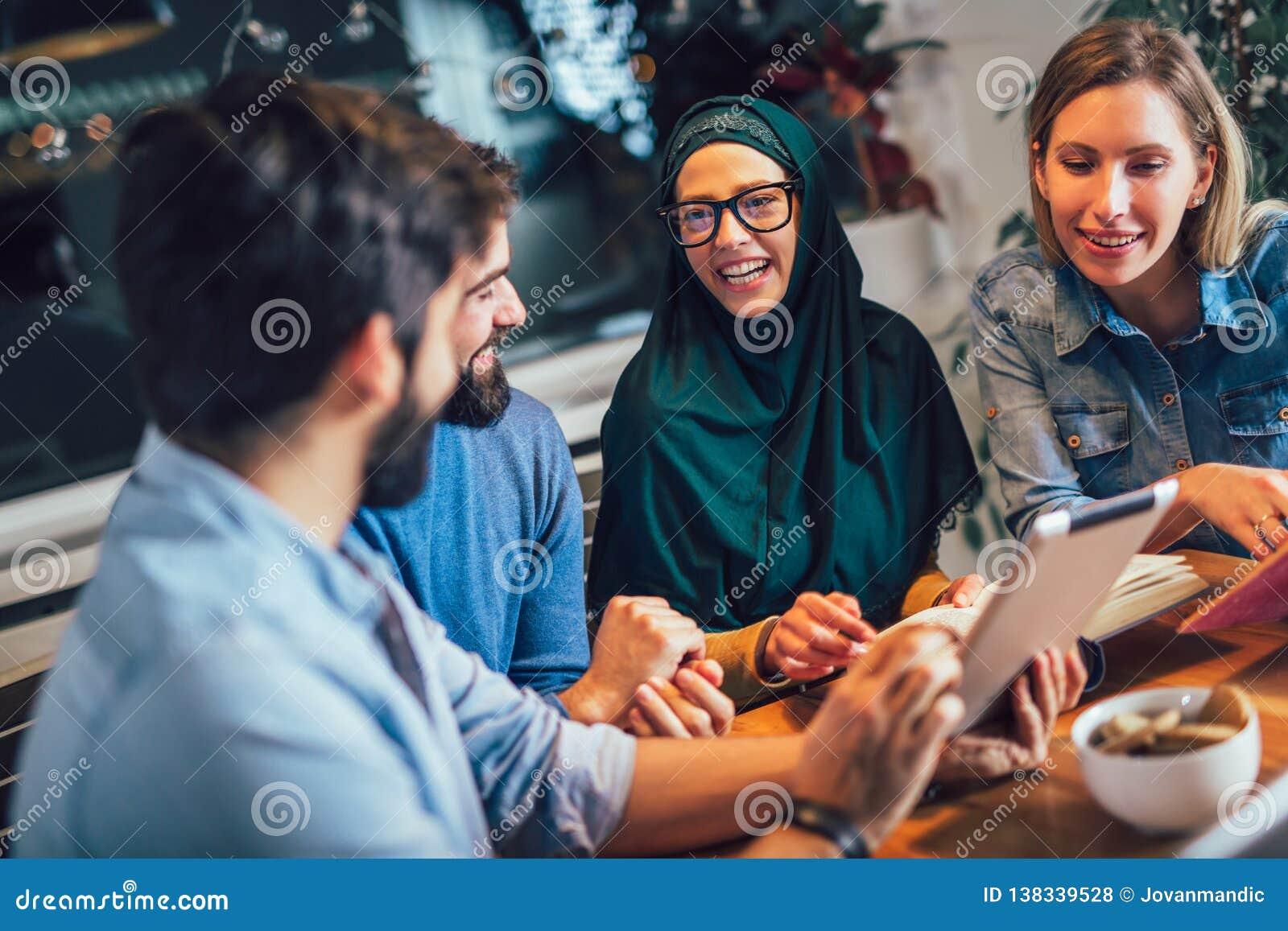 Étudiants de l étude ethnique diverse à la maison Étude et préparation à l examen d université