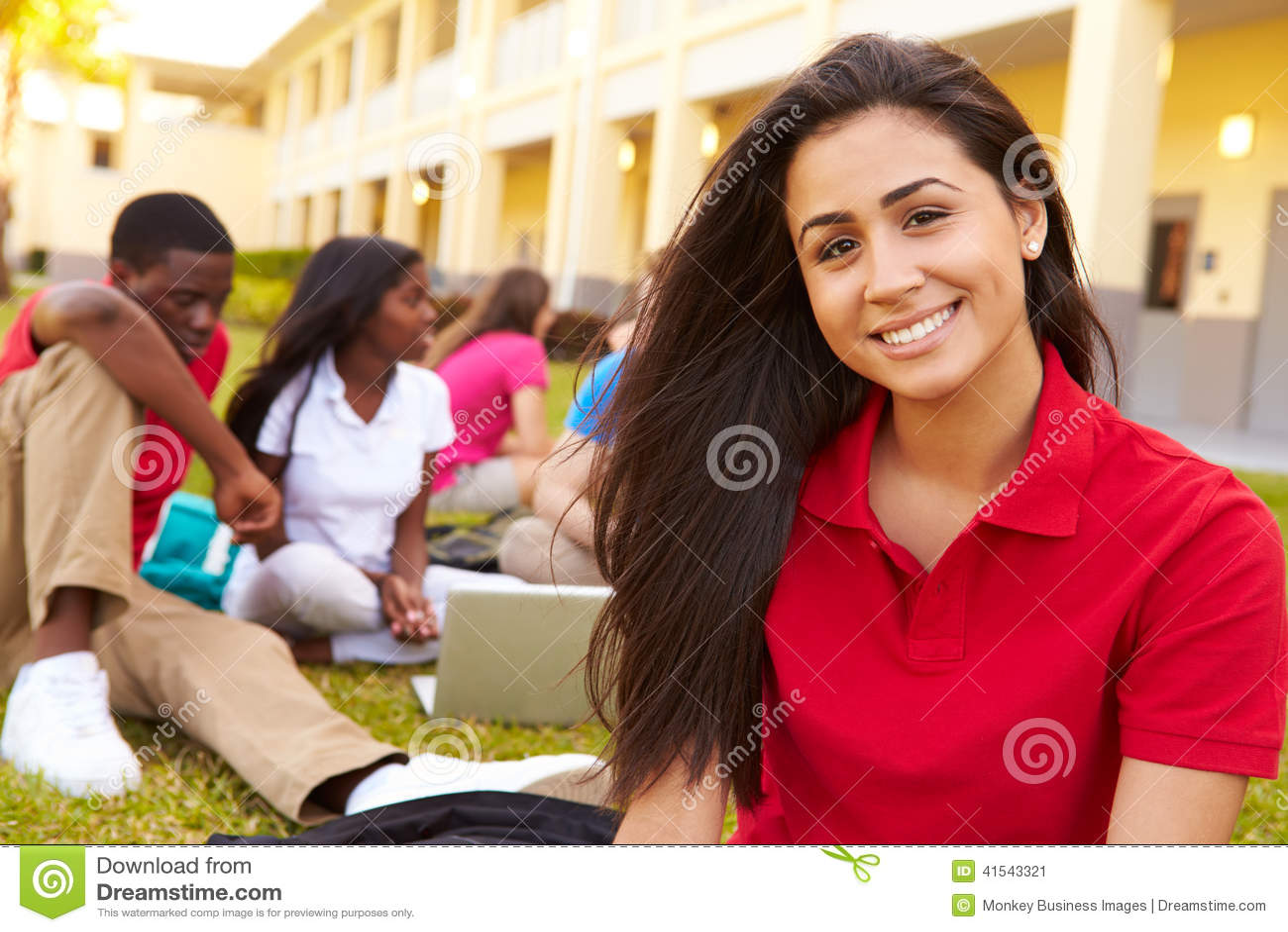 Étudiants de lycée étudiant dehors sur le campus
