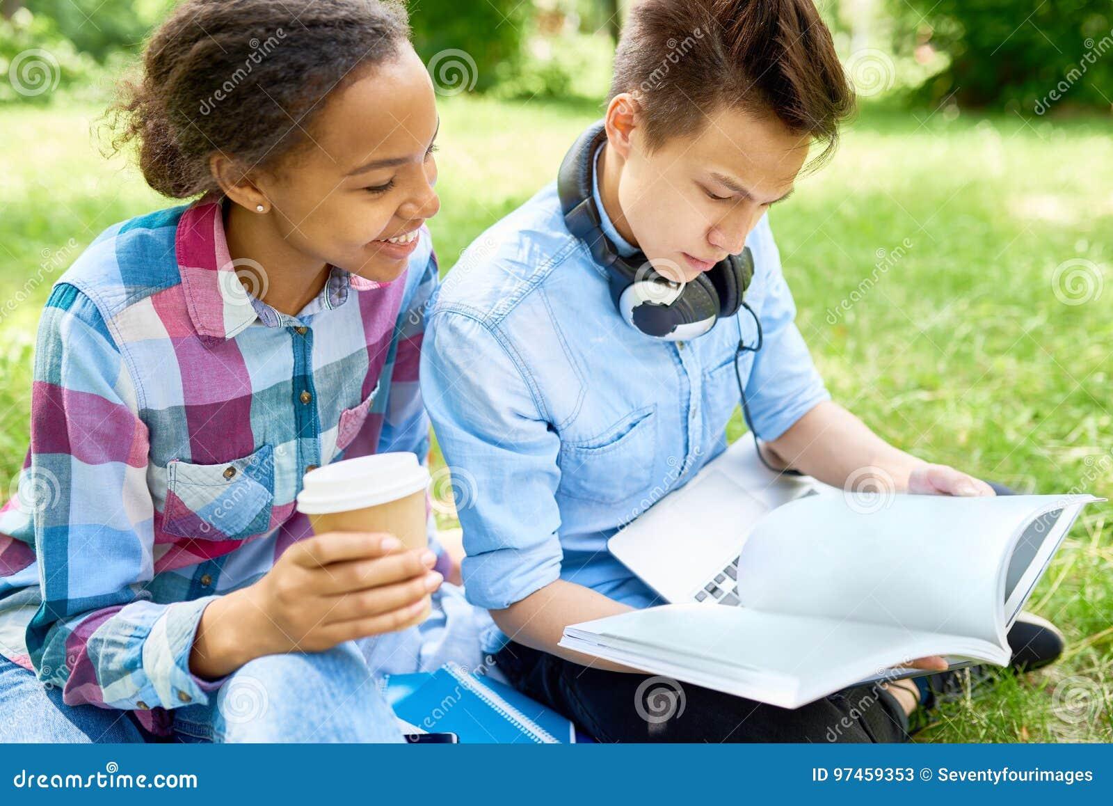 Étudiants faisant le travail dehors