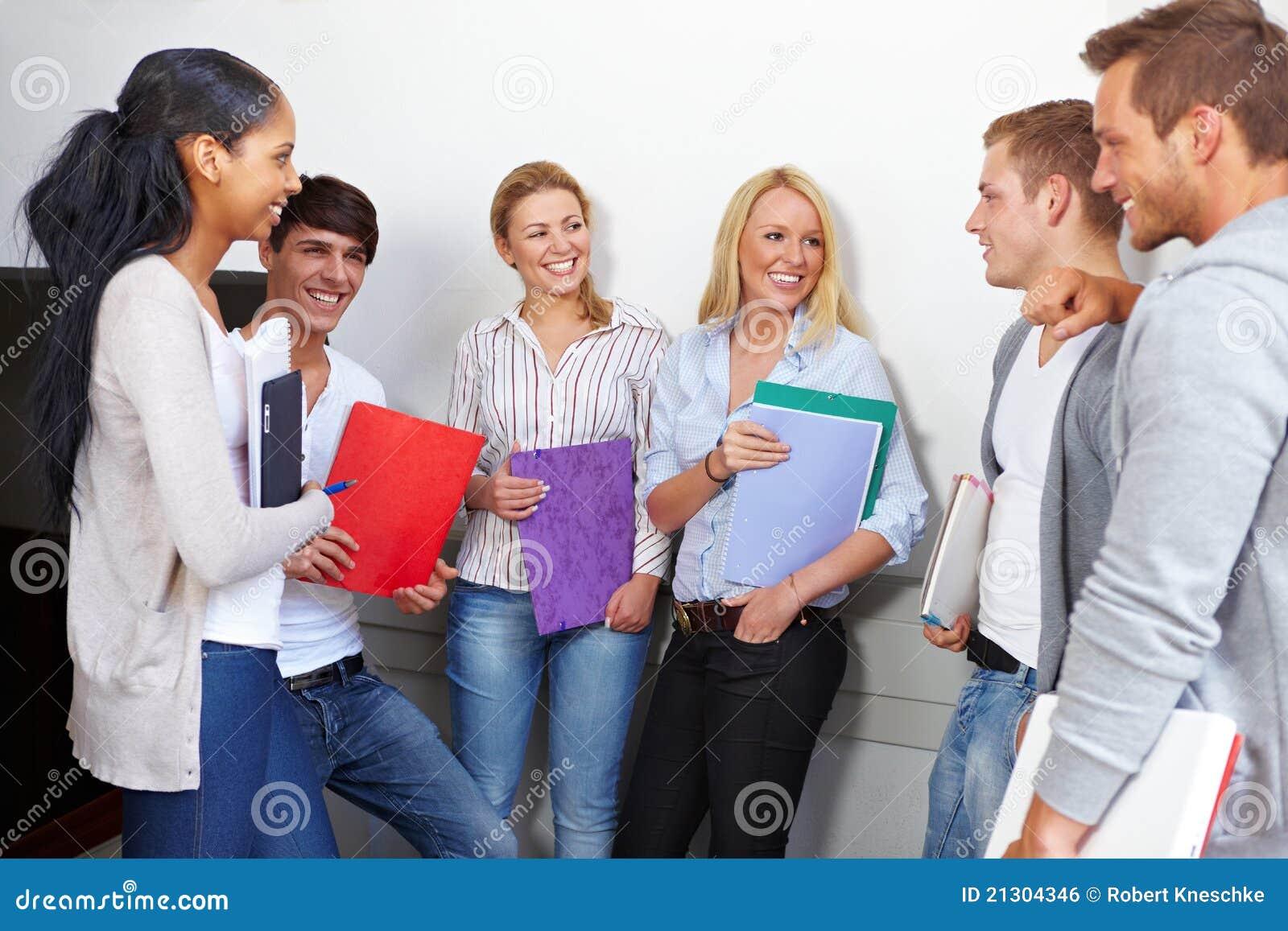 Étudiants heureux ayant une rupture