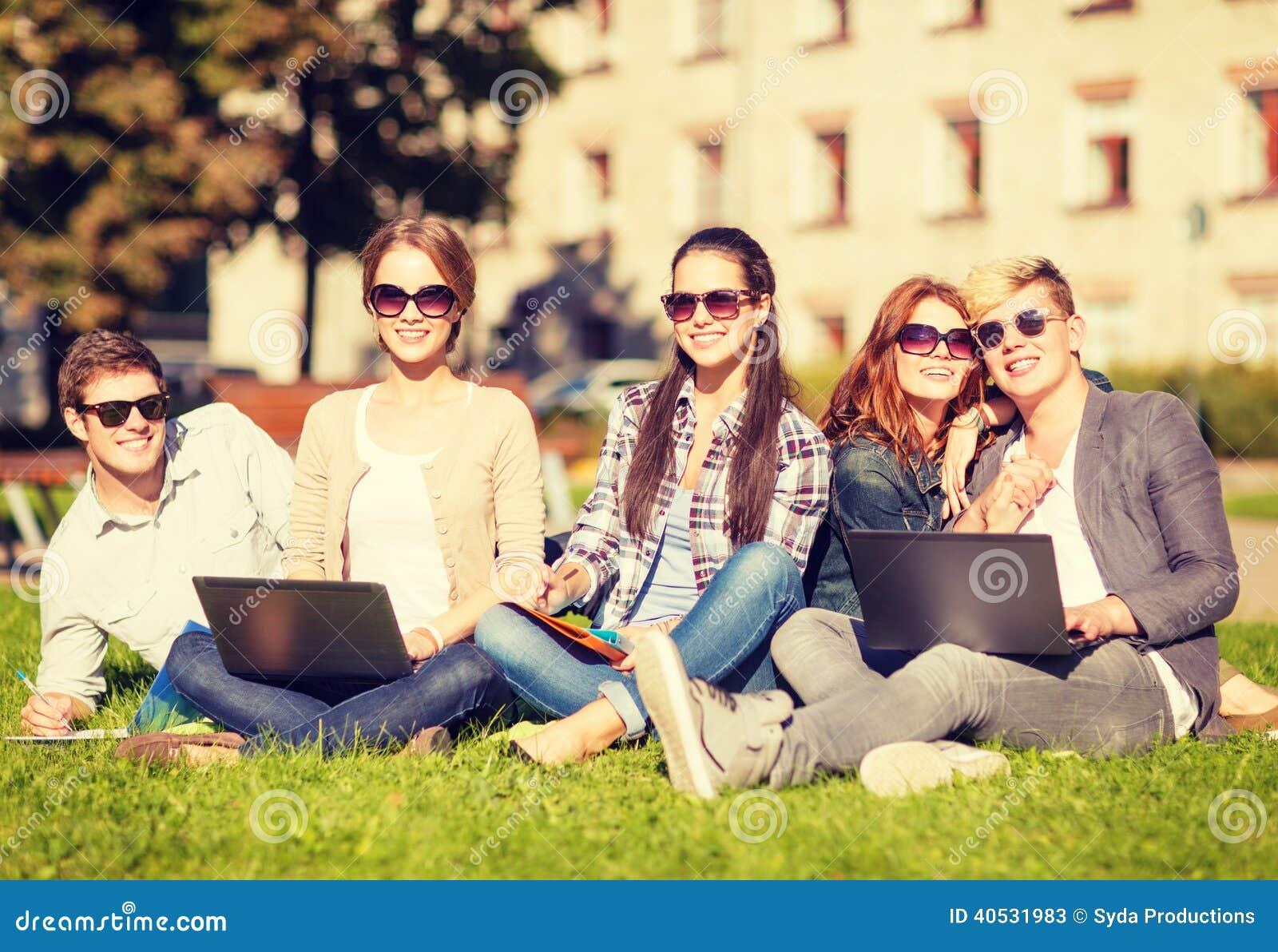 Étudiants ou adolescents avec des ordinateurs portables
