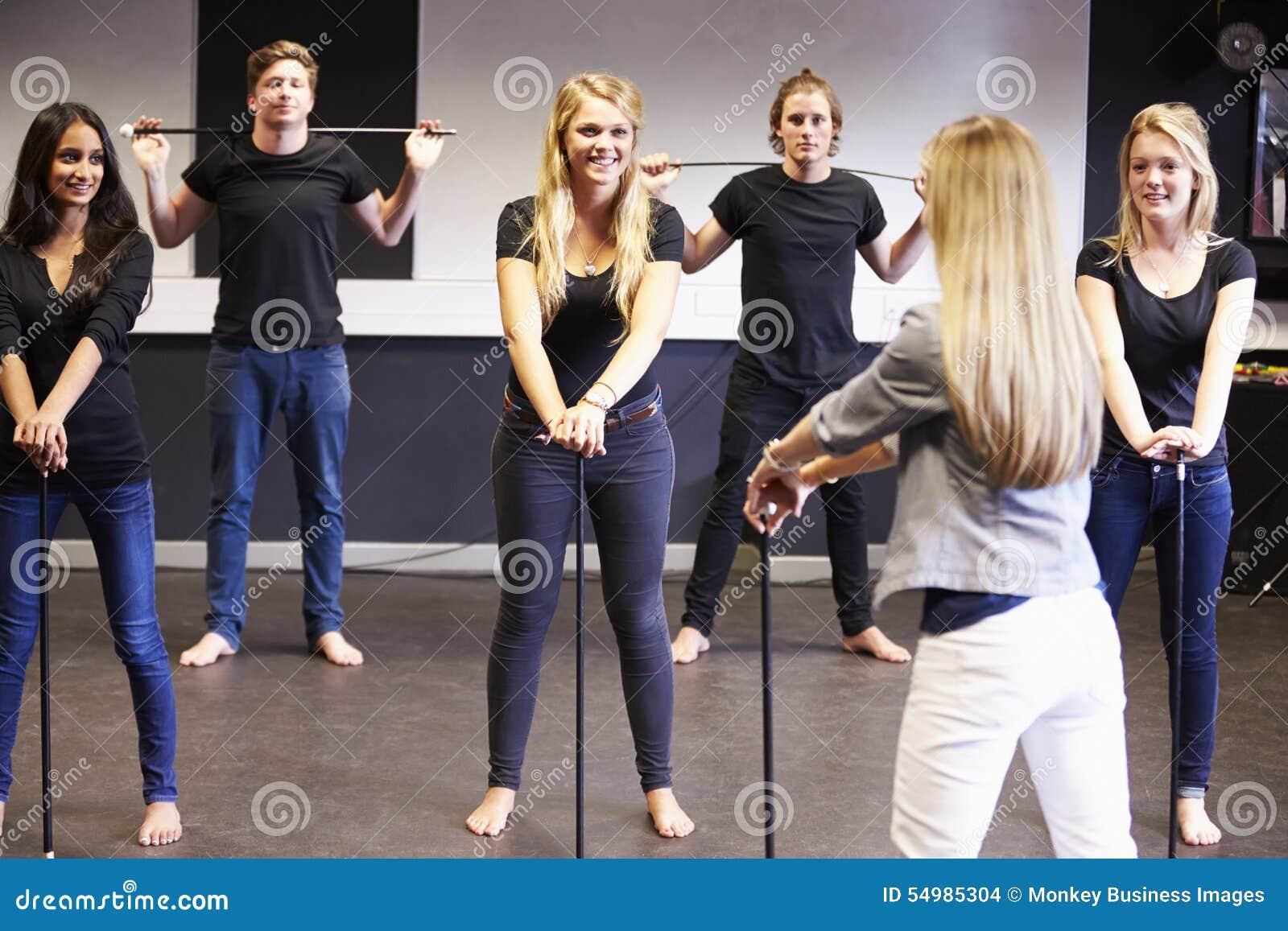 Étudiants prenant le cours de danse à l université de drame