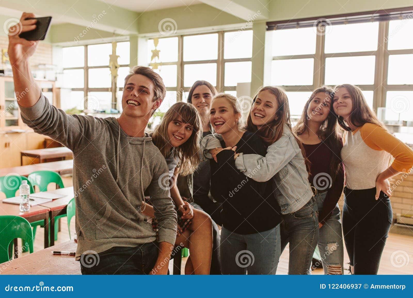 Étudiants prenant le selfie dans la salle de classe
