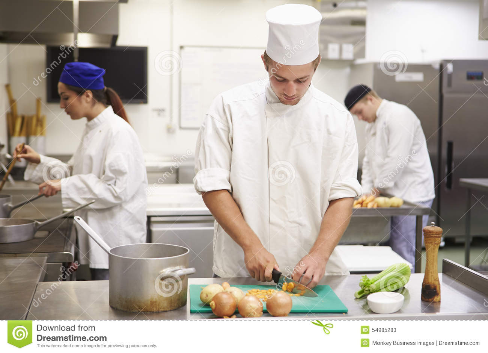 Étudiants s exerçant pour travailler dans l industrie de la restauration