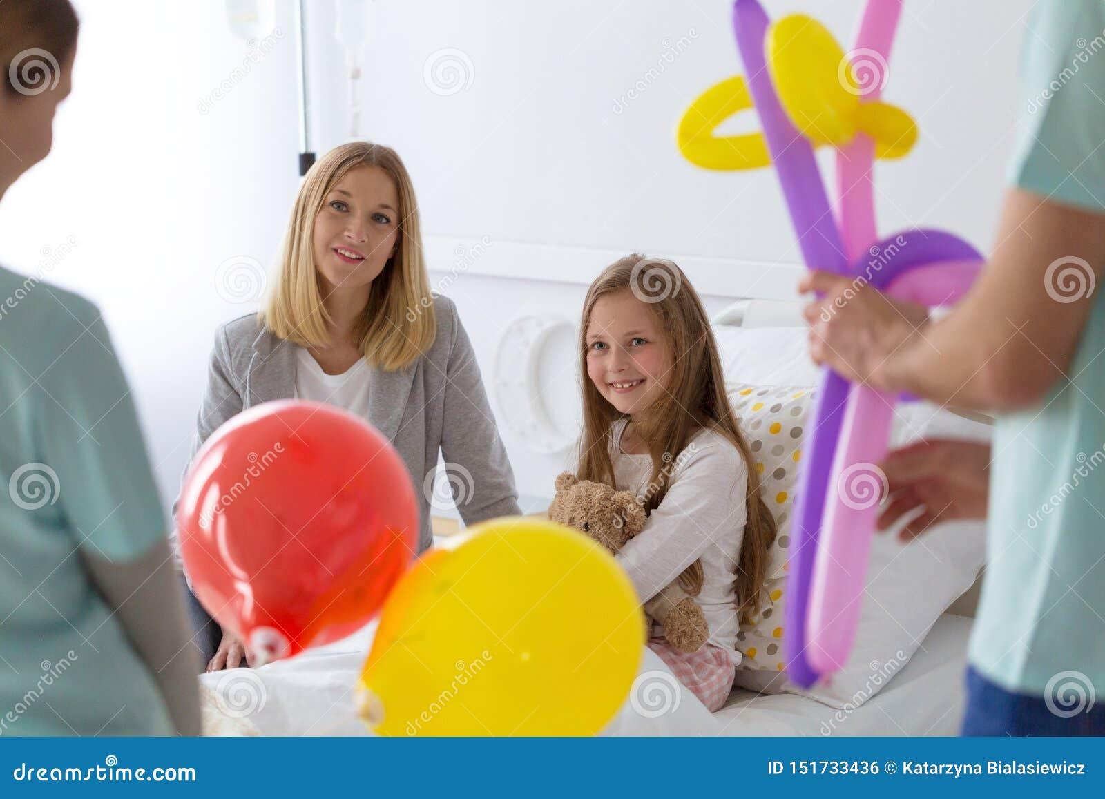 Étudiants soutenant l enfant dans l hôpital