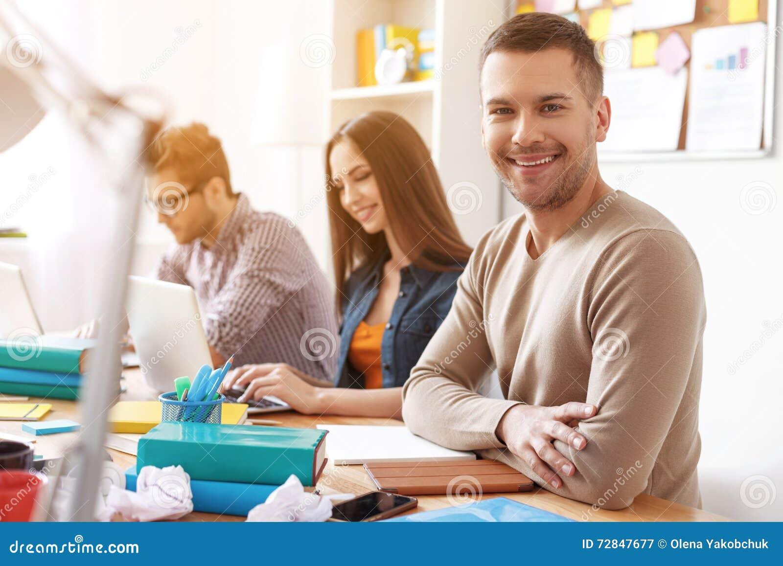 Étudiants universitaires travaillant ensemble