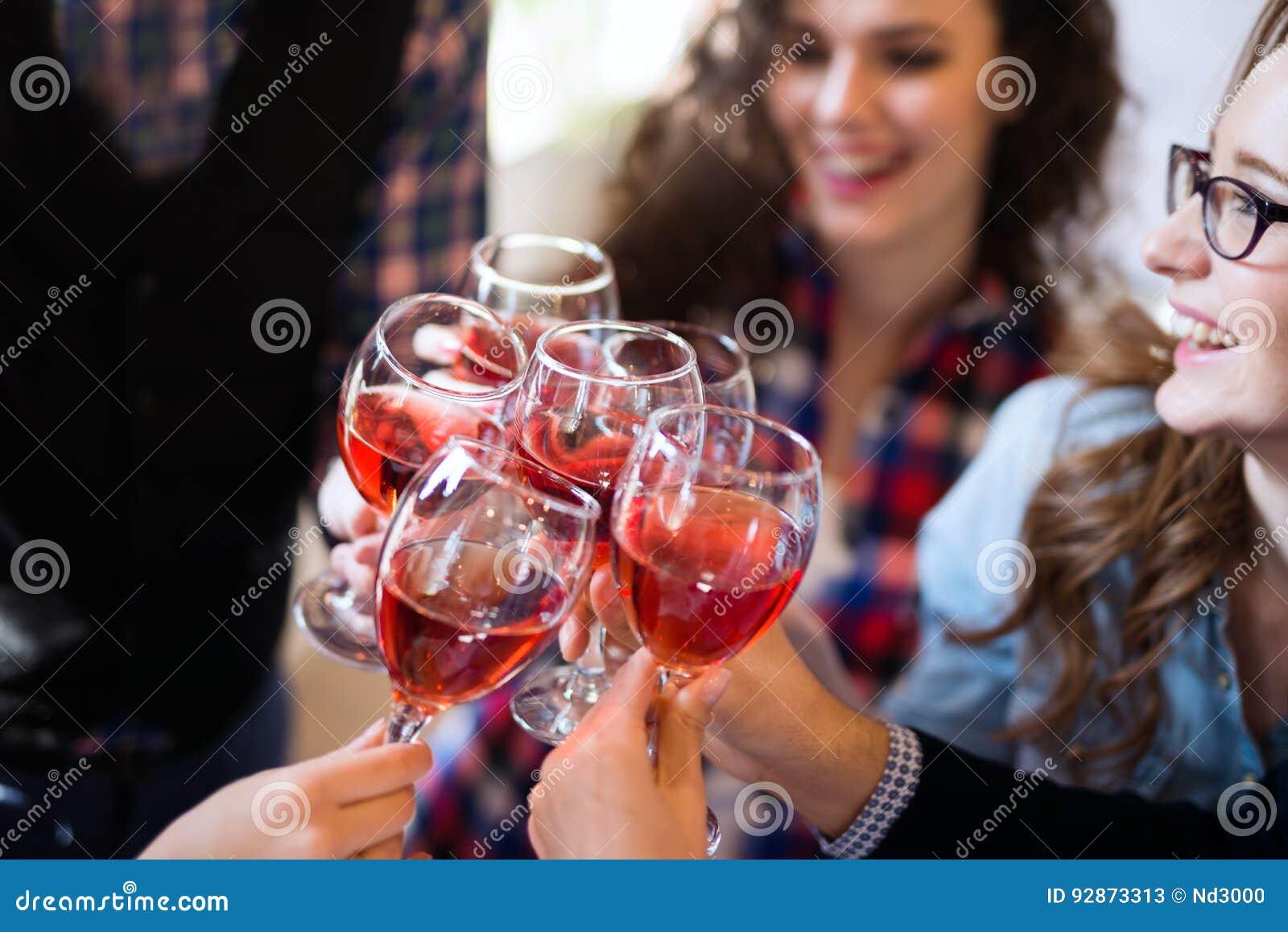 Événement d échantillon de vin par concept heureux de personnes
