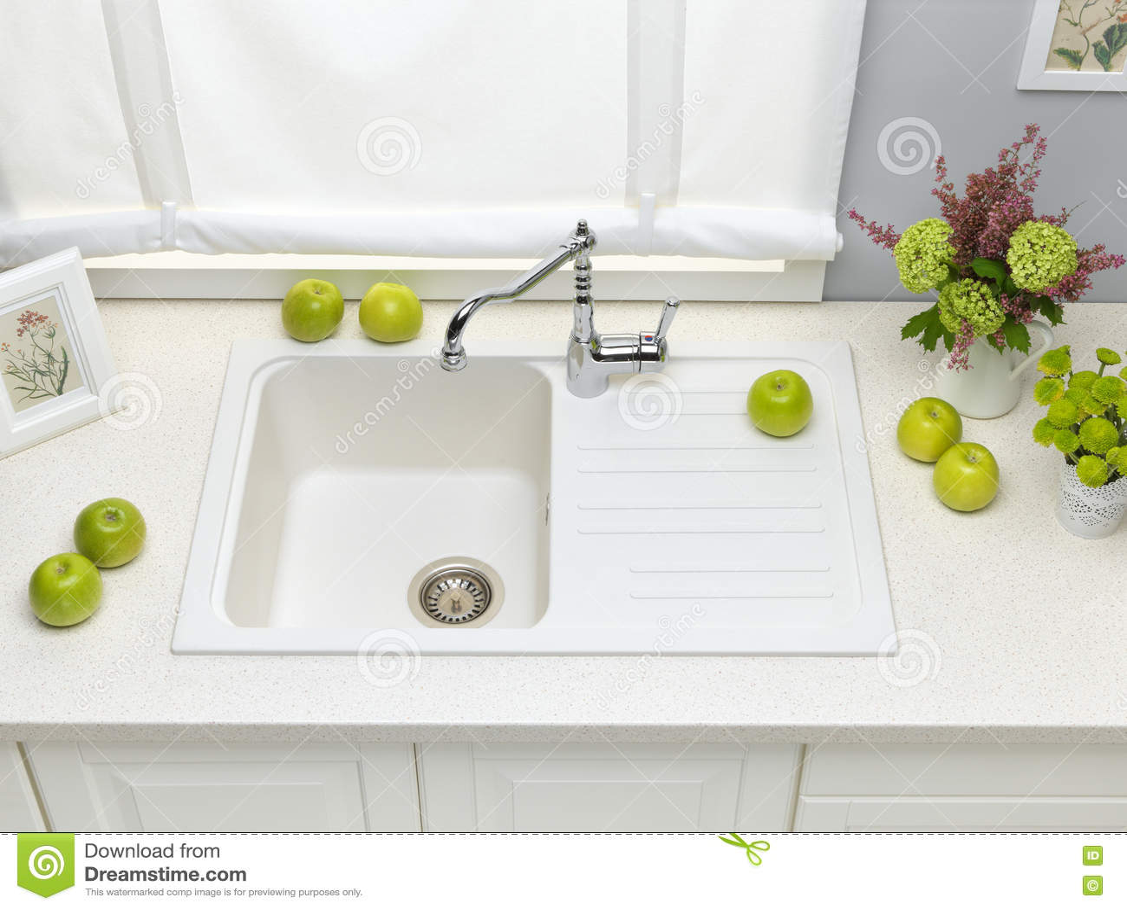 Évier De Cuisine Blanc De Granit Avec Le Robinet De Mélangeur