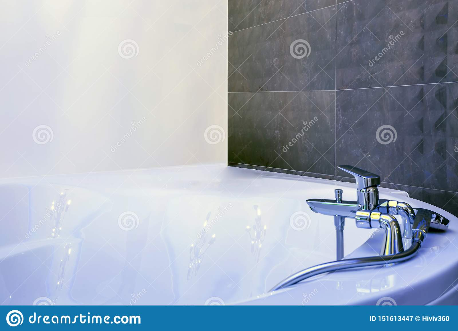 Évier de robinet d eau avec le détail de robinet du jacuzzi avec l attachement de douche de bâti de mur