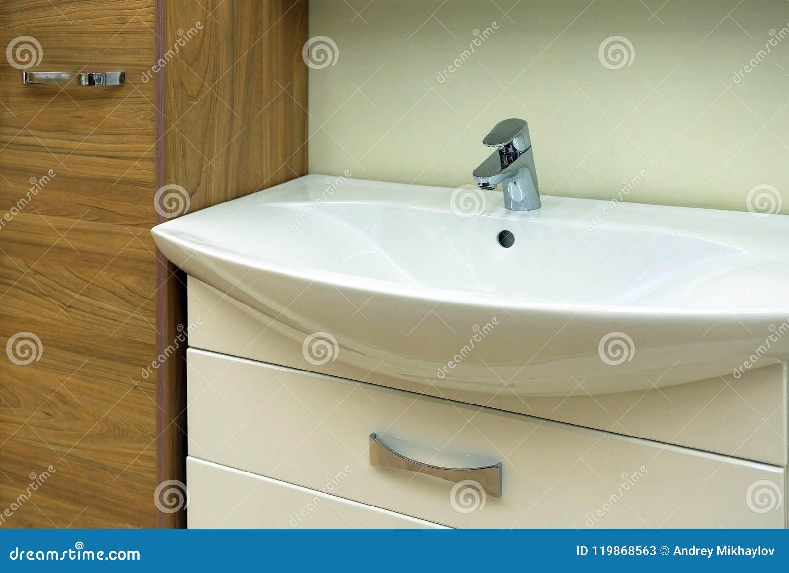 Salle De Bain Plaque Évier moderne de lavabo dans la salle de bains chrome a