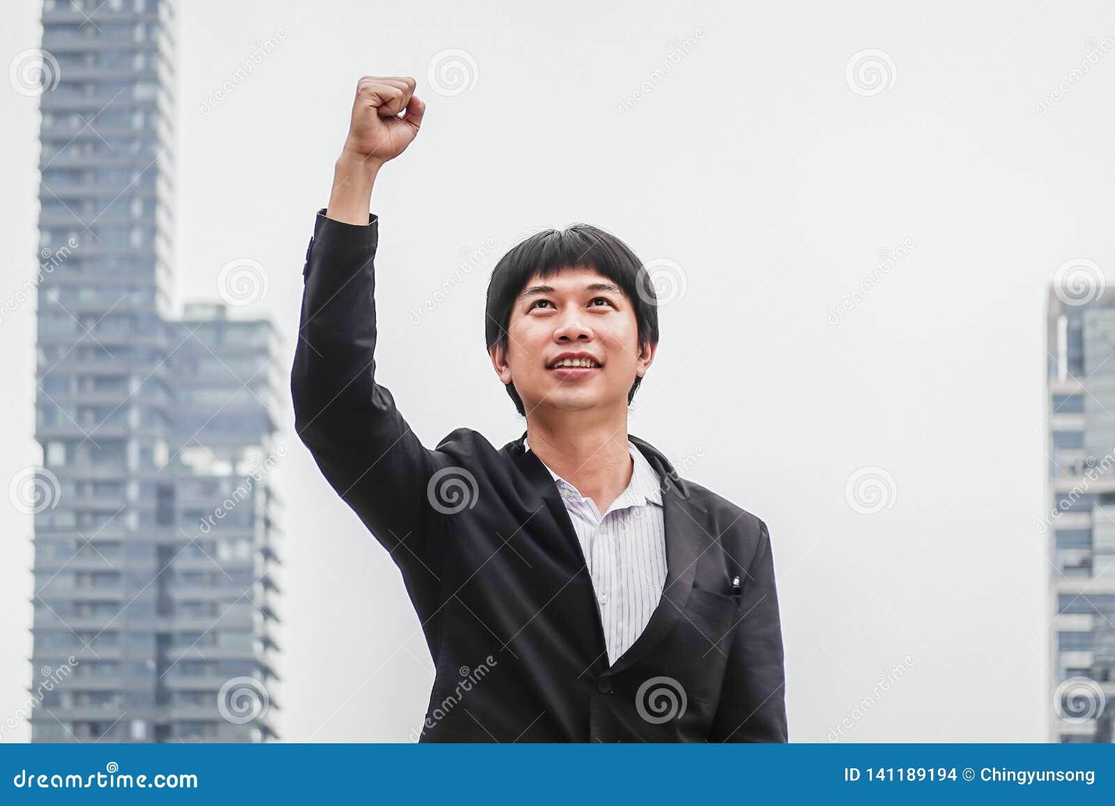 Éxito del hombre de negocios Ganador del hombre de negocios triunfo feliz Triumph, victoria de la gente acertada, de la persona o
