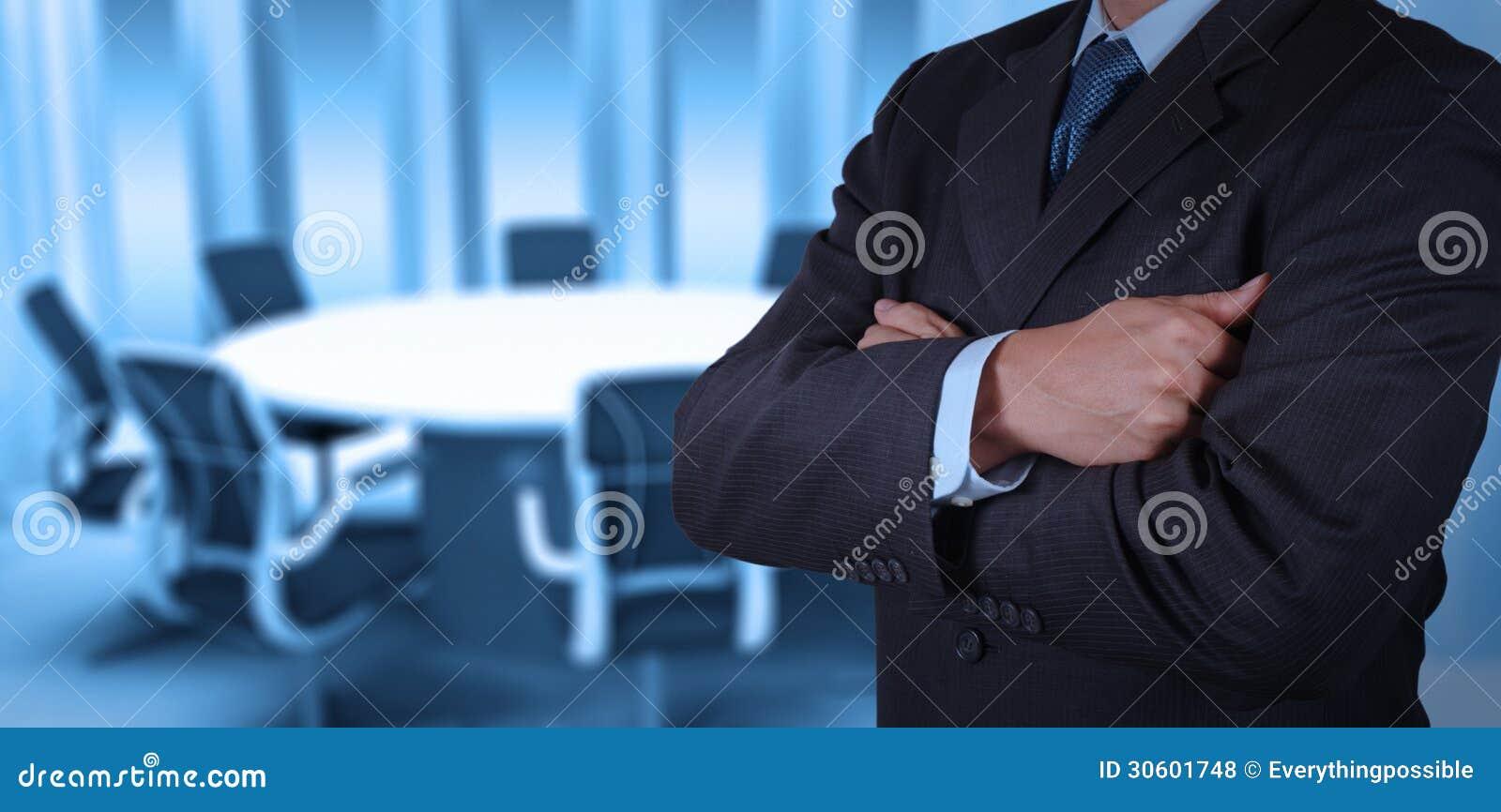 Éxito del hombre de negocios que trabaja con su sala de juntas