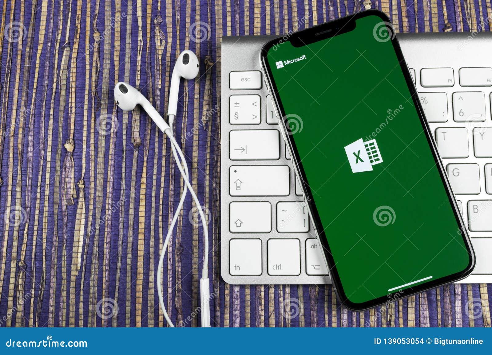 Ícone da aplicação de Microsoft Excel no close-up da tela do iPhone X de Apple Ícone do app de Excel do Microsoft Office Microsof