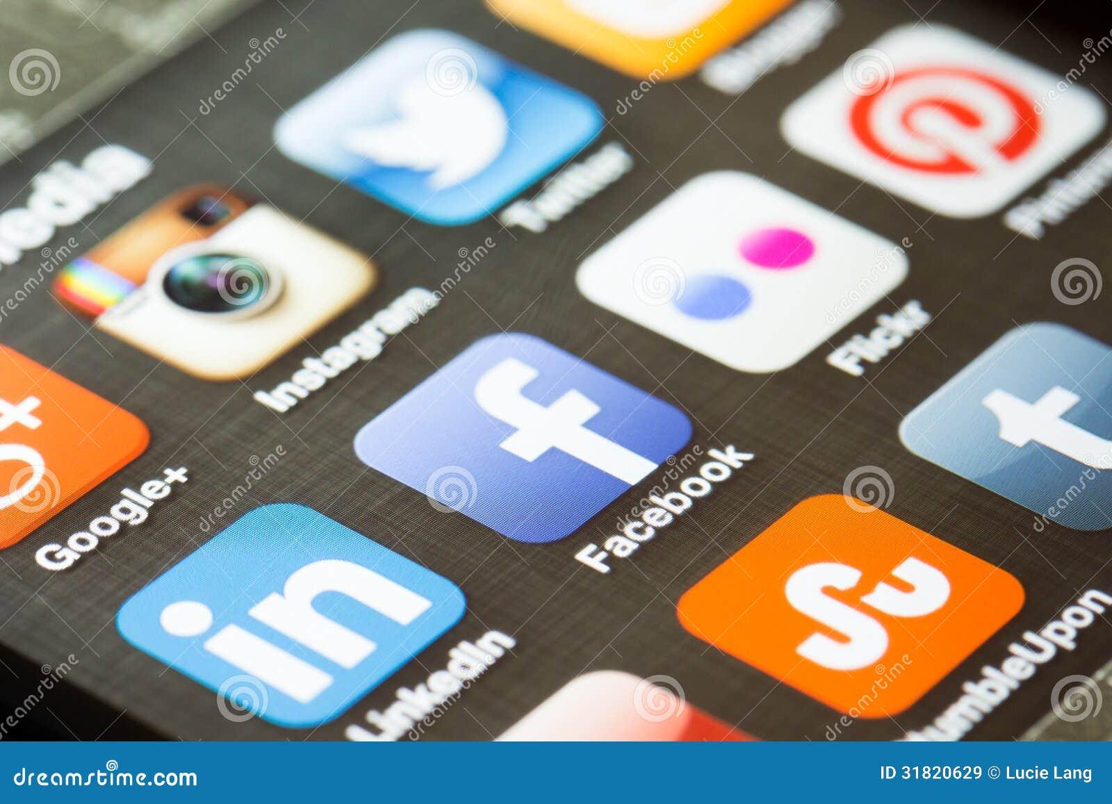 Ícones sociais do app dos meios em um telefone esperto