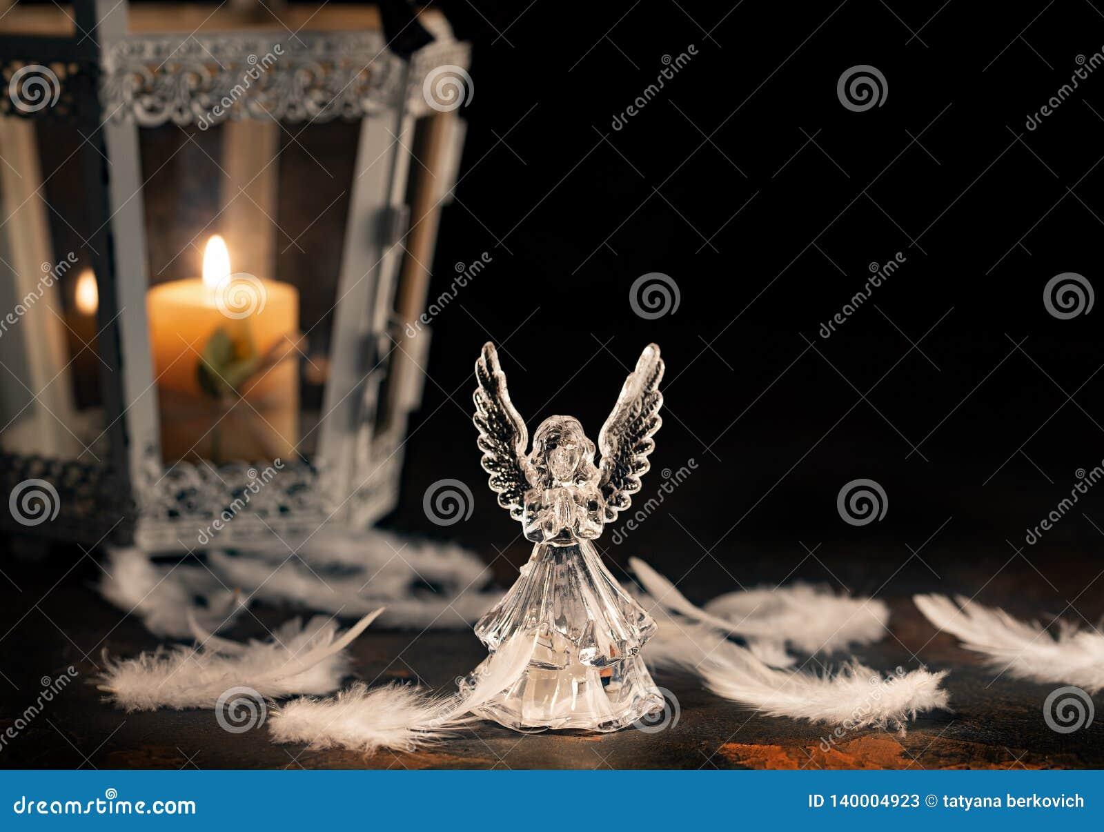 Άγγελος γυαλιού σε ένα σκοτεινό υπόβαθρο