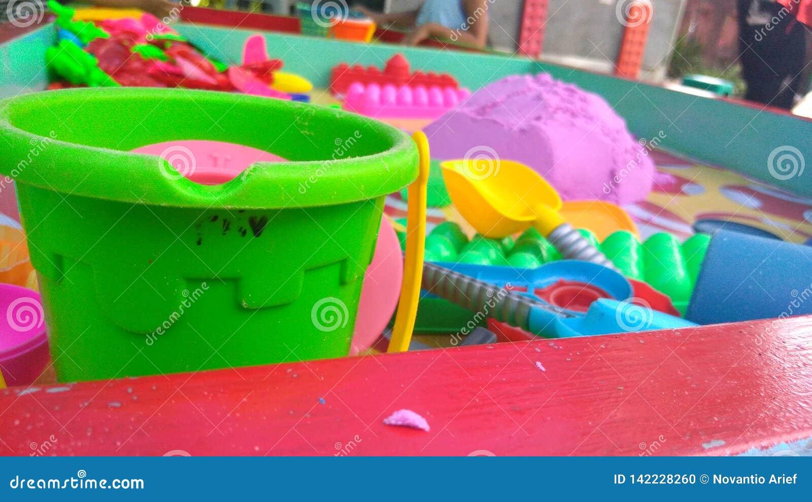 Άμμος χρώματος παιχνιδιού στις οικογενειακές διακοπές