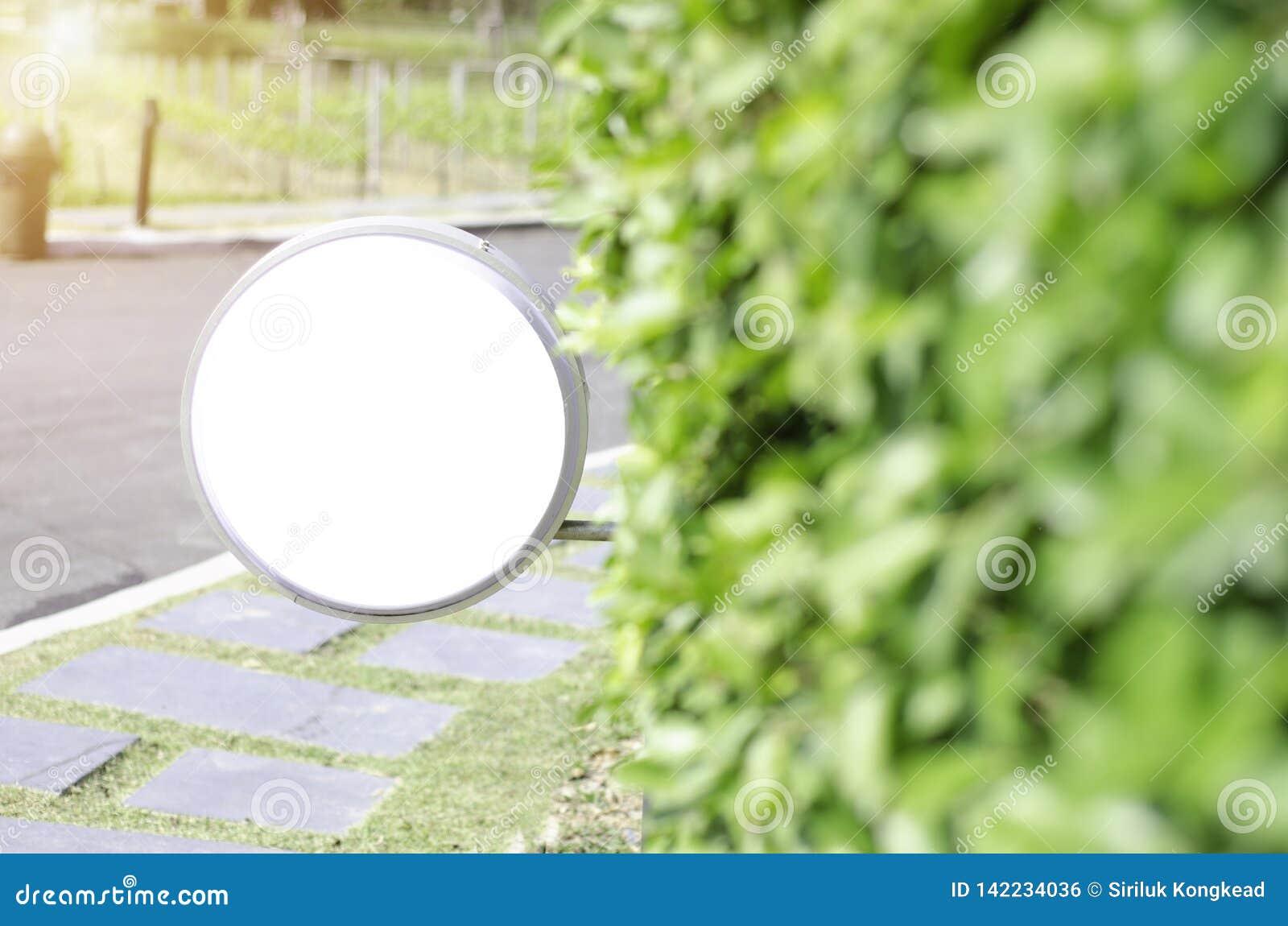 Άσπρη ετικέτα στον κήπο πρωινού