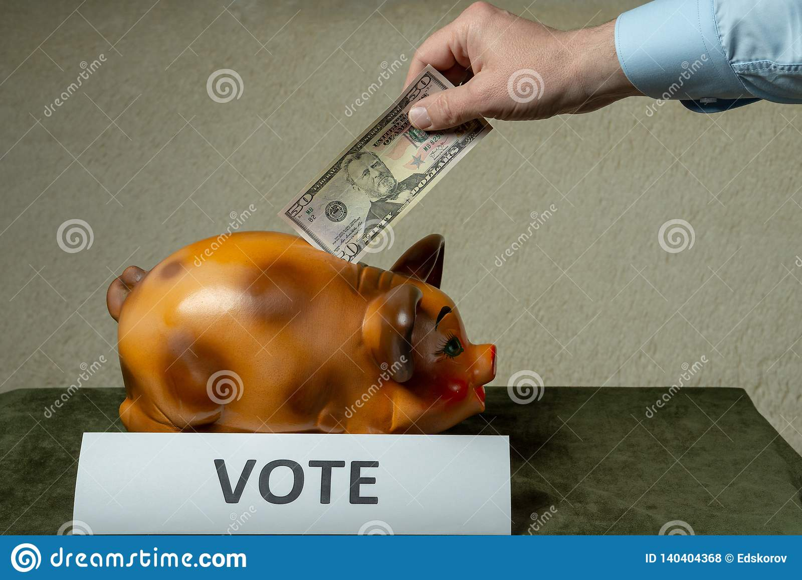 Άτομο που βάζει τα χρήματά του στην piggi-τράπεζα στον πίνακα