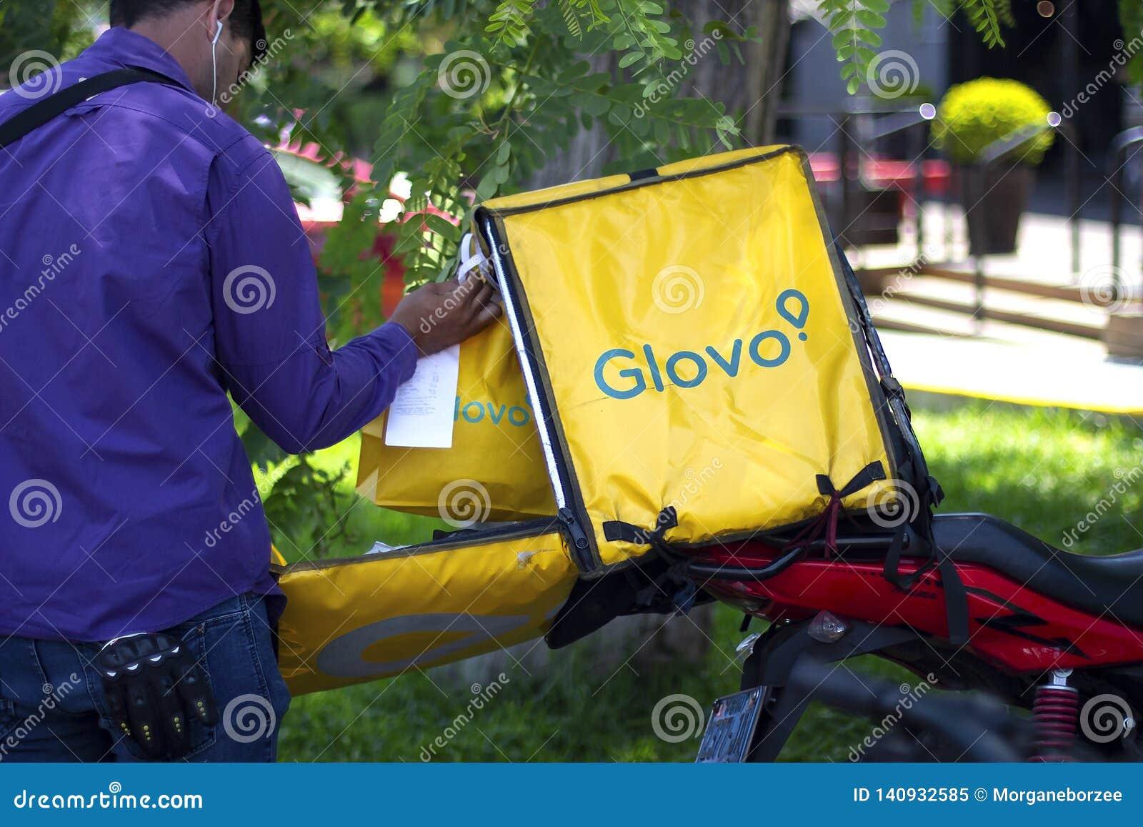 Άτομο που βάζει τις τσάντες μέσα σε ένα κιβώτιο Glovo