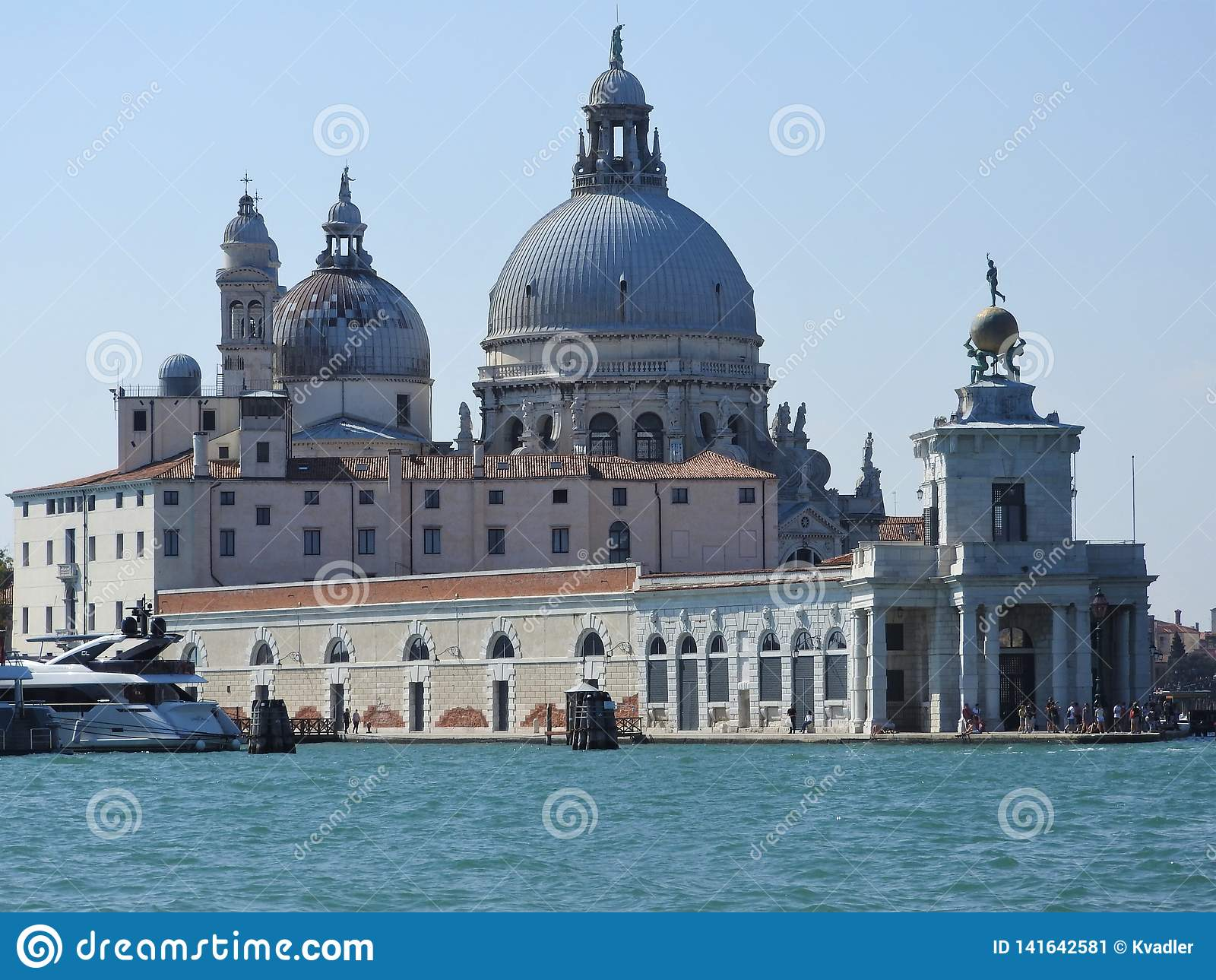 Άποψη θερινής ημέρας από το νερό στην ενετική λιμνοθάλασσα με τη βασιλική του χαιρετισμού della της Σάντα Μαρία στη Βενετία, Ιταλ