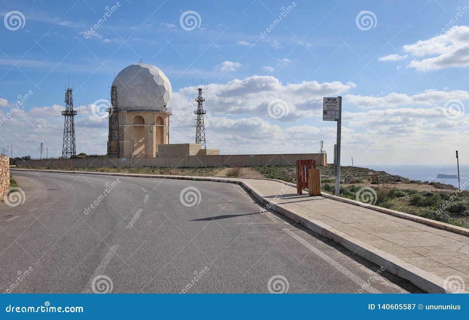 """Άποψη σχετικά με το σταθμό """"IL Ballun ραντάρ κοντά στους απότομους βράχους Dingli στη Μάλτα μια σαφή ηλιόλουστη ημέρα Stonewalls"""