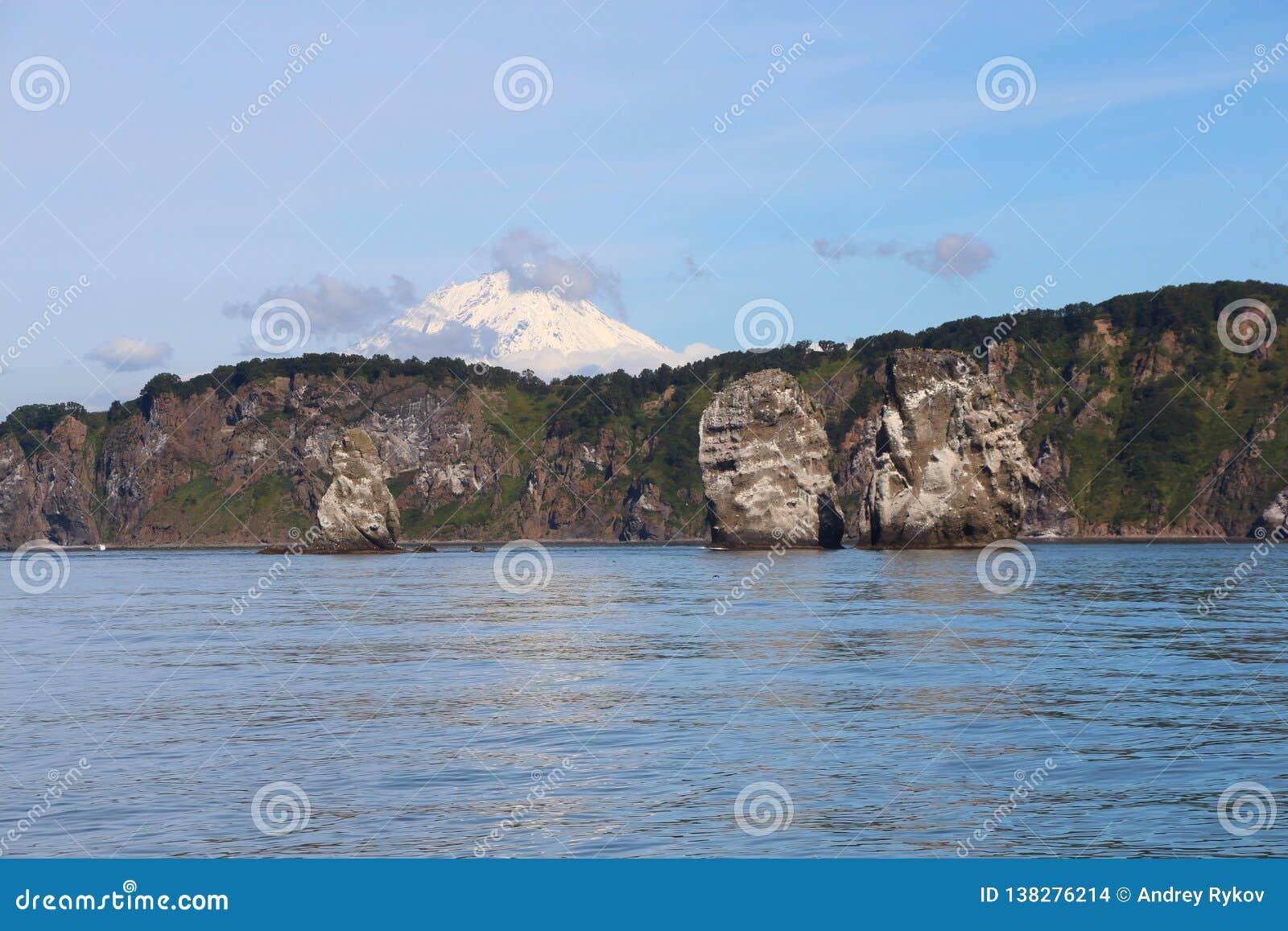 Άποψη τρι Brata με την κορυφή του ηφαιστείου Koryaksky στο υπόβαθρο