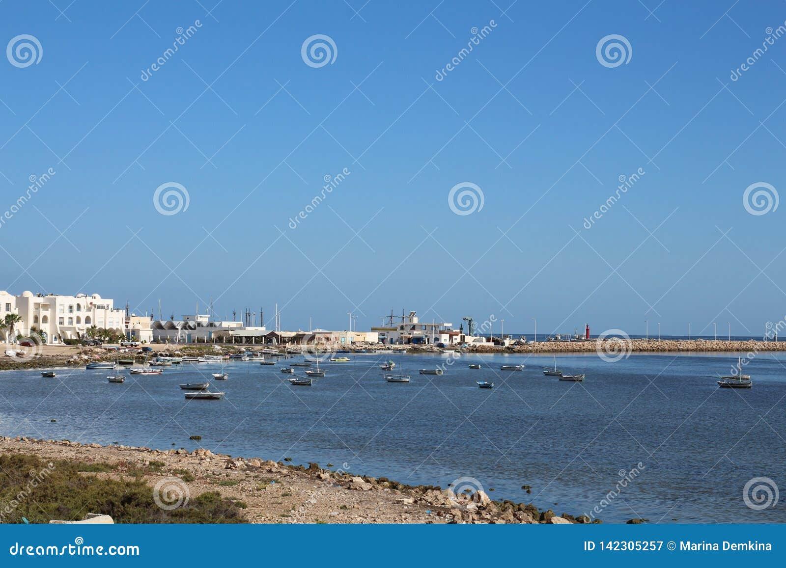 Άποψη των αλιευτικών σκαφών που στέκονται κοντά στην ακτή