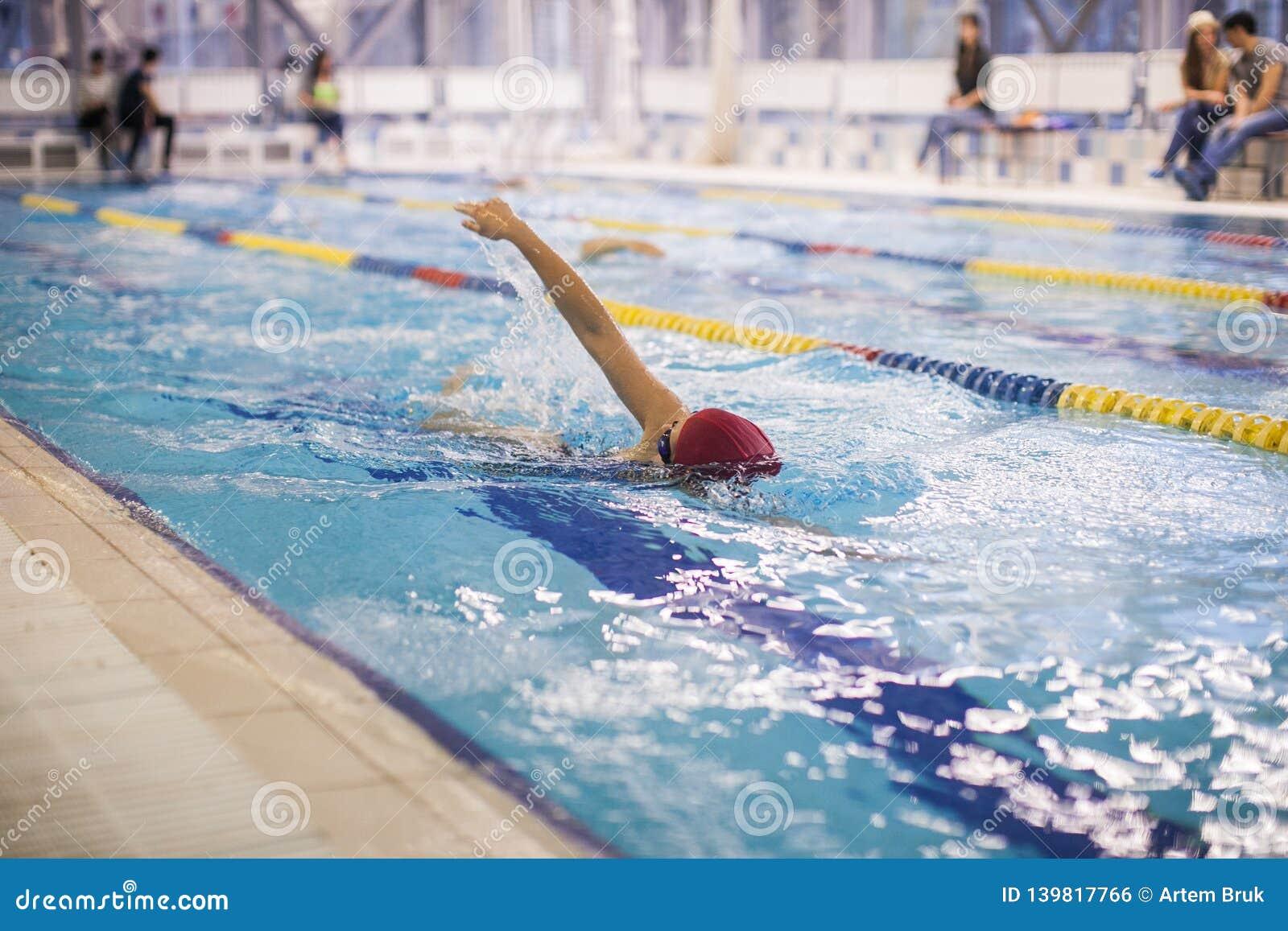 Ένας κολυμβητής που κολυμπά το μέτωπο σέρνεται σε μια λίμνη
