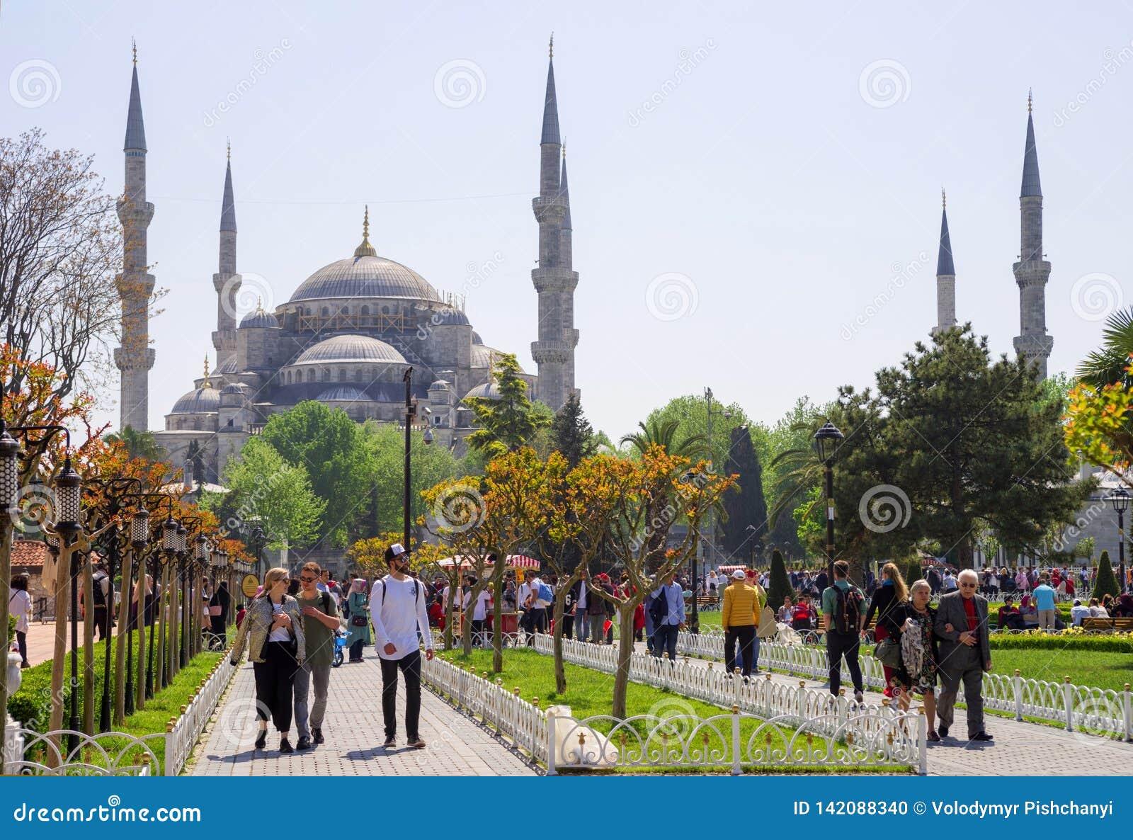 Ένας μεγάλος αριθμός καθημερινής επίσκεψης κατοίκων και τουριστών της Ιστανμπούλ η πλατεία Ahmet σουλτάνων μπροστά από το μπλε ασ