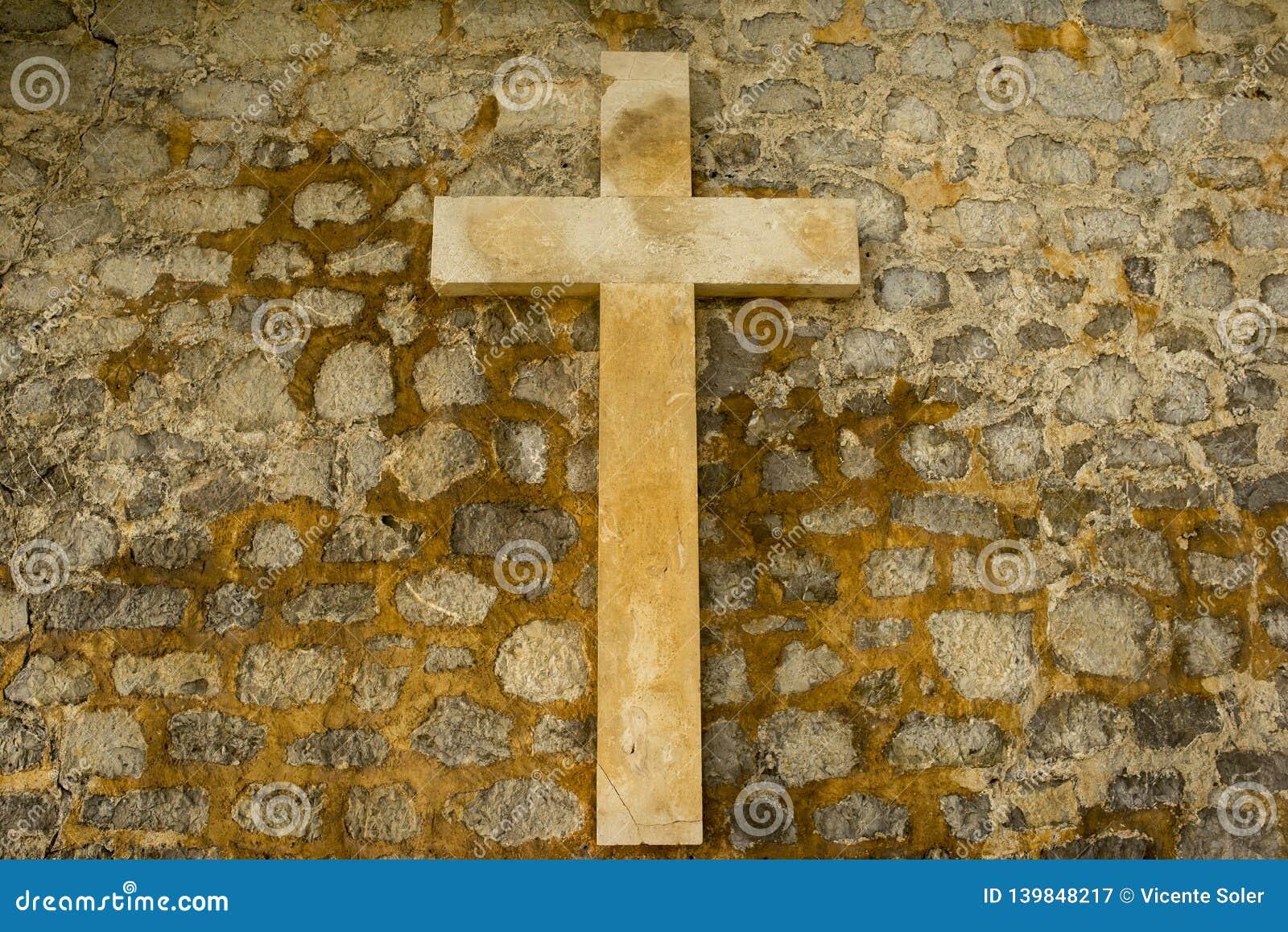Ένας χριστιανικός σταυρός σε έναν τοίχο πετρών