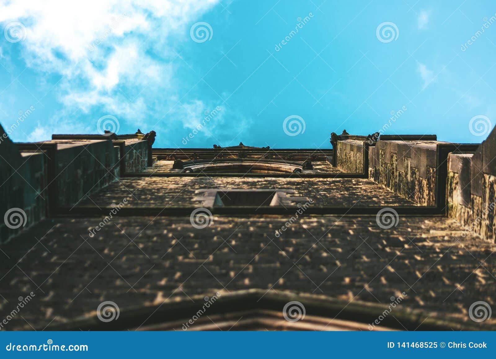 Ένας πυροβολισμός ενός τοίχου εκκλησιών που εξετάζει τον ουρανό