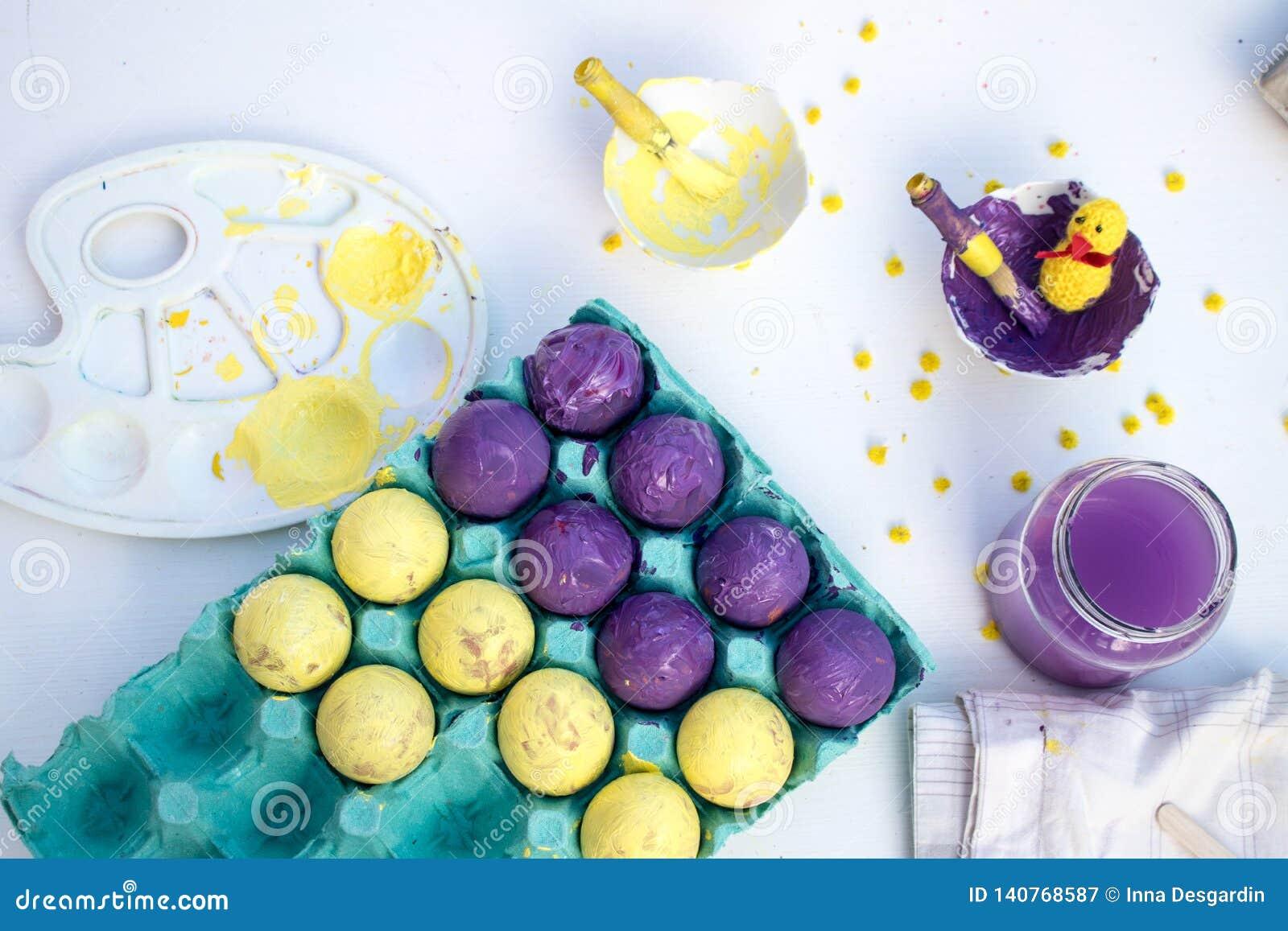 Ένα άσπρο υπόβαθρο με τα εργαλεία για τη βαφή αυγών Πάσχας Δραστηριότητα Πάσχας παιδιών