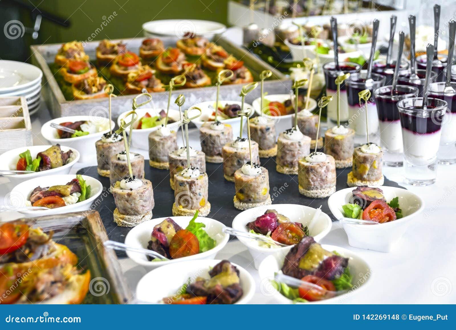 Έννοια υπηρεσιών τομέα εστιάσεως: Ανάμεικτα πρόχειρα φαγητά που εξυπηρετούνται σε έναν εορτασμό επιχειρησιακού γεγονότος, ξενοδοχ