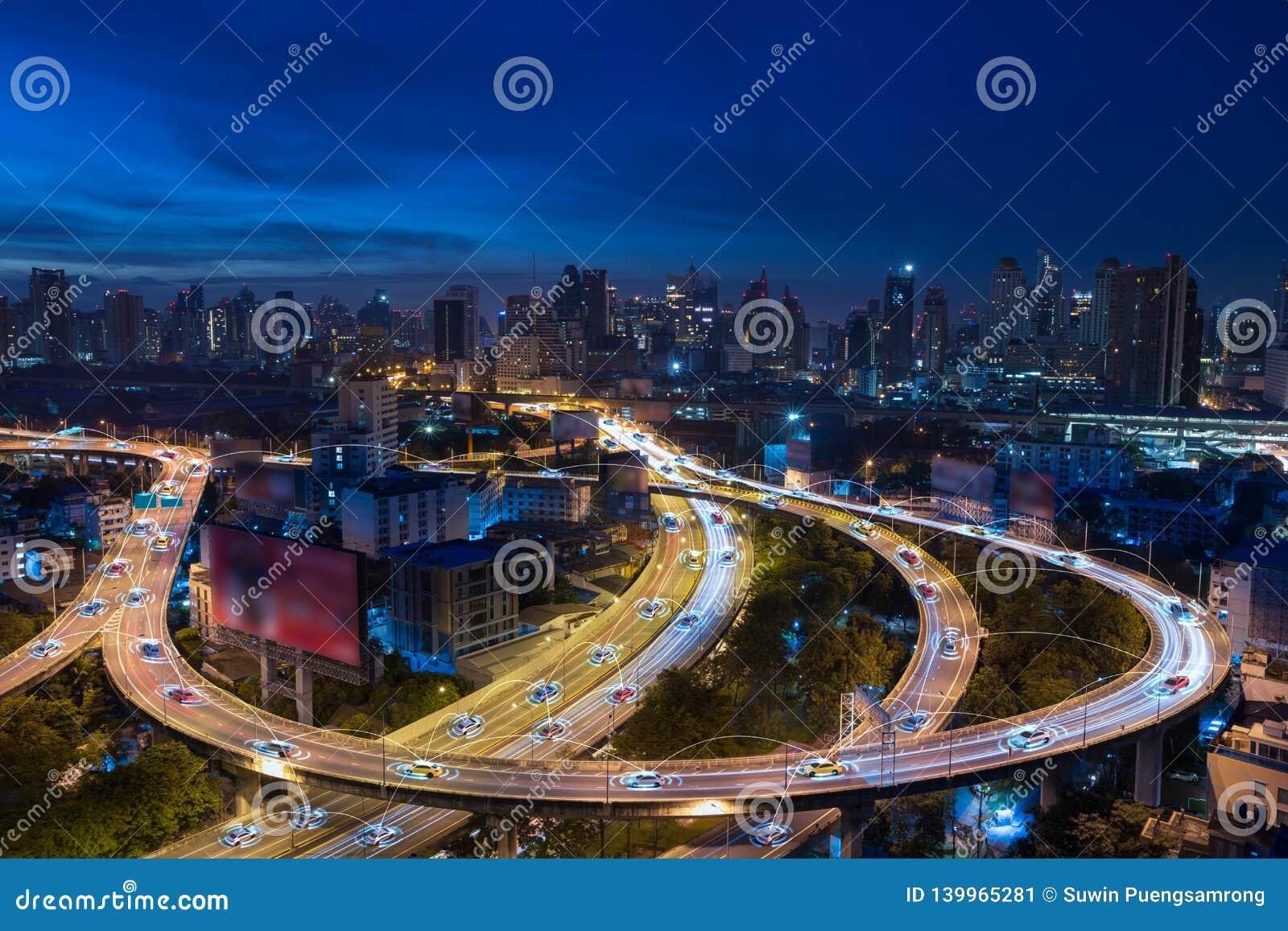 Έξυπνα αυτοκίνητα με την αυτόματη οδήγηση αισθητήρων στη μητρόπολη με την ασύρματη σύνδεση