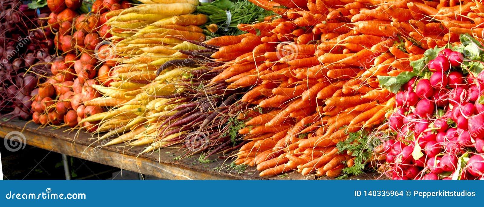 Αγορά αγροτών - λαχανικά ρίζας - τεύτλα, καρότα, ραδίκια
