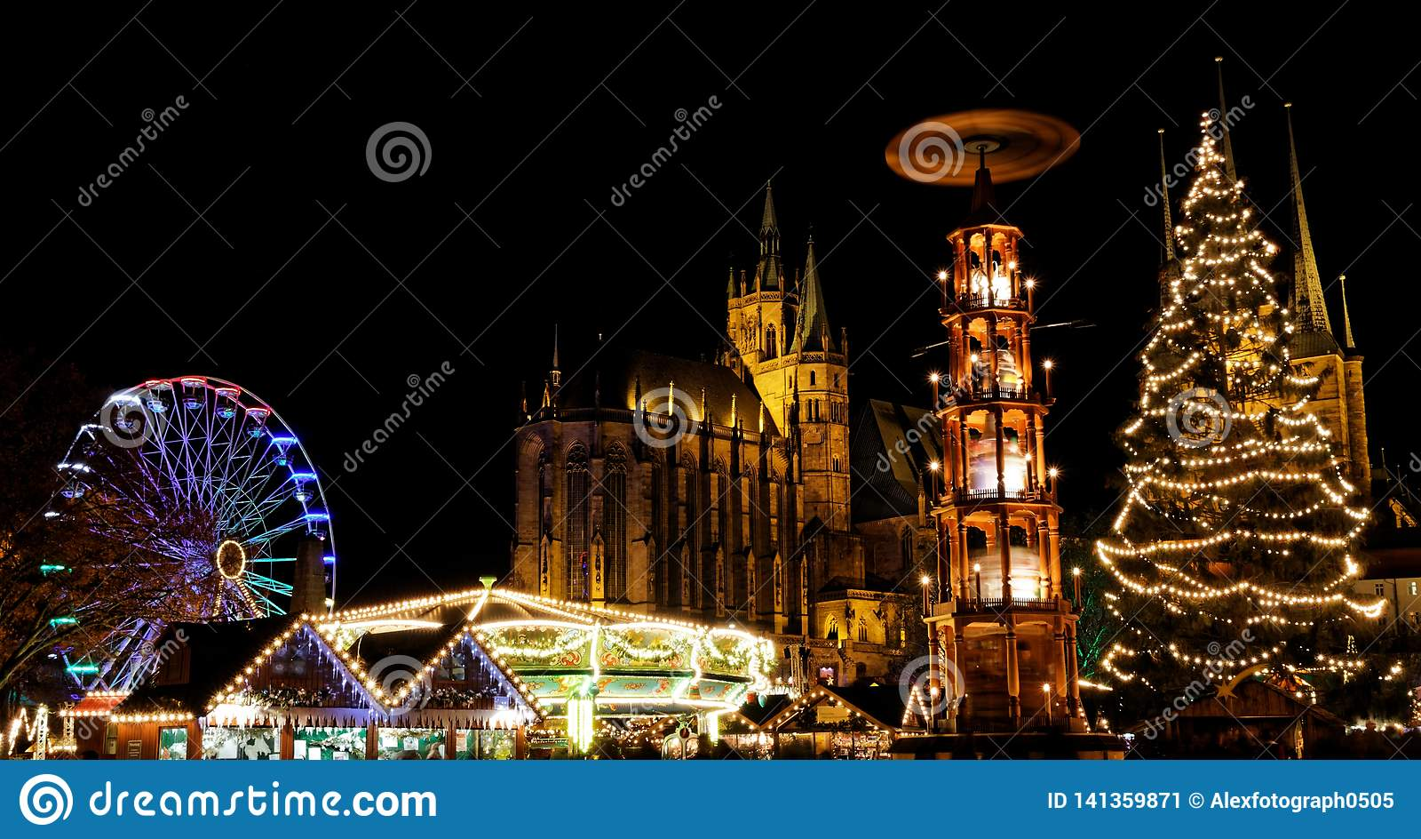 Αγορά Χριστουγέννων στην Ερφούρτη με την άποψη πέρα από το χριστουγεννιάτικο δέντρο και pyramide στον καθεδρικό ναό