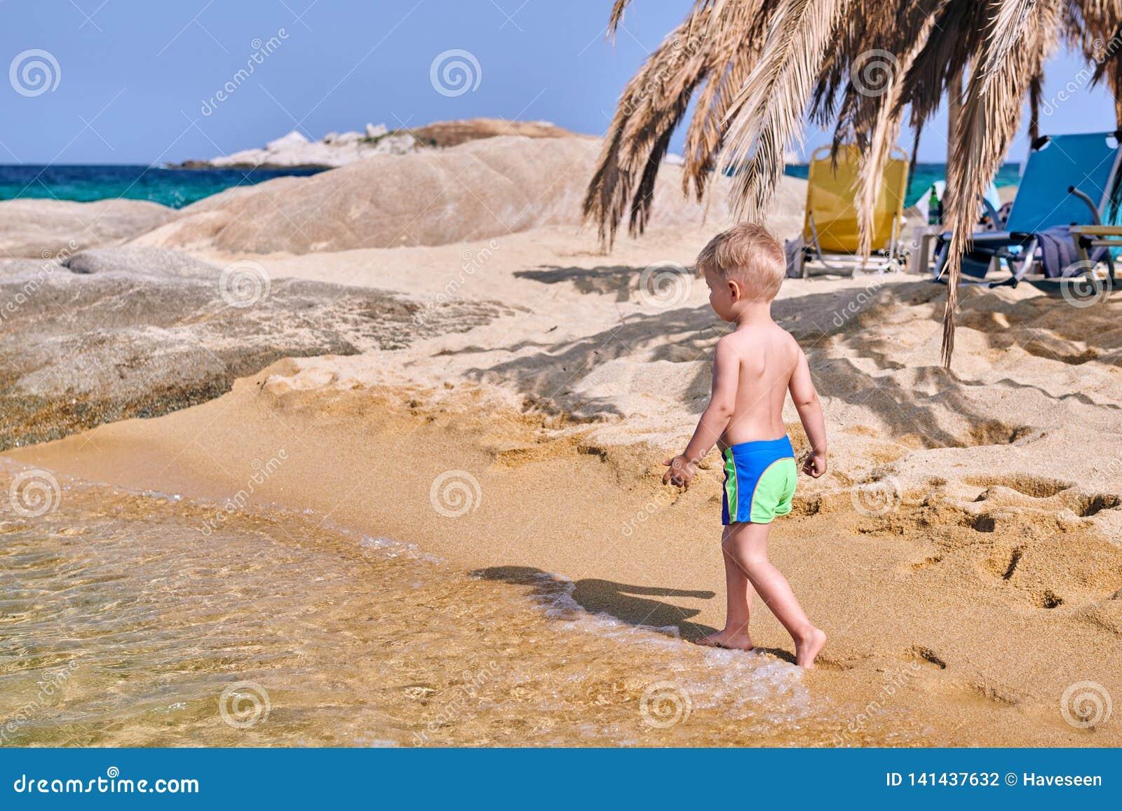 Αγόρι μικρών παιδιών στην παραλία